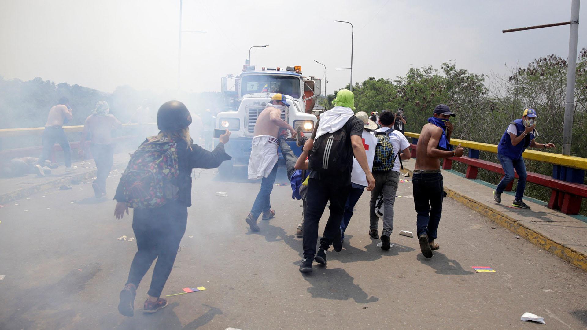 Manifestantes son repelidos por las fuerzas chavistas en el puente internacional en Cúcuta, Colombia (Reuters)