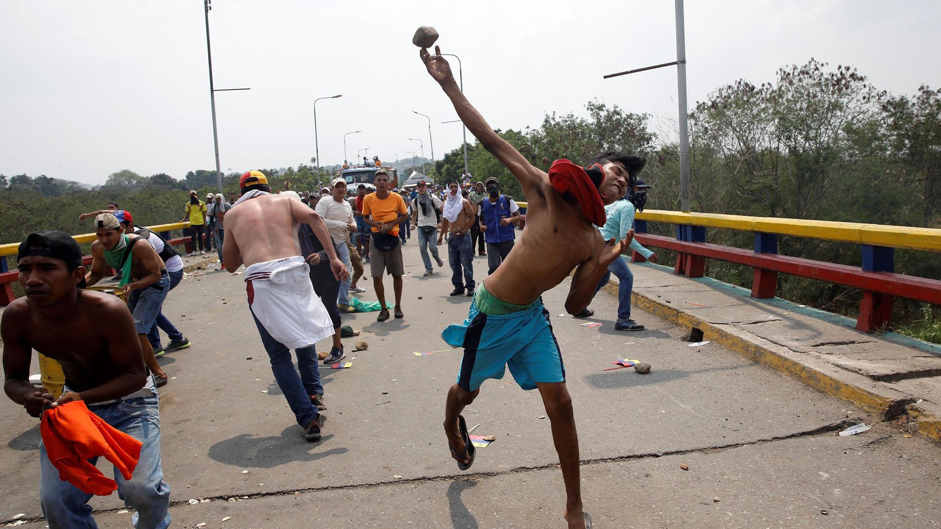 La dictadura de Nicolás Maduro no permite el paso de venezolanos hacia su territorio y reprime de manera brutal (Rueters)