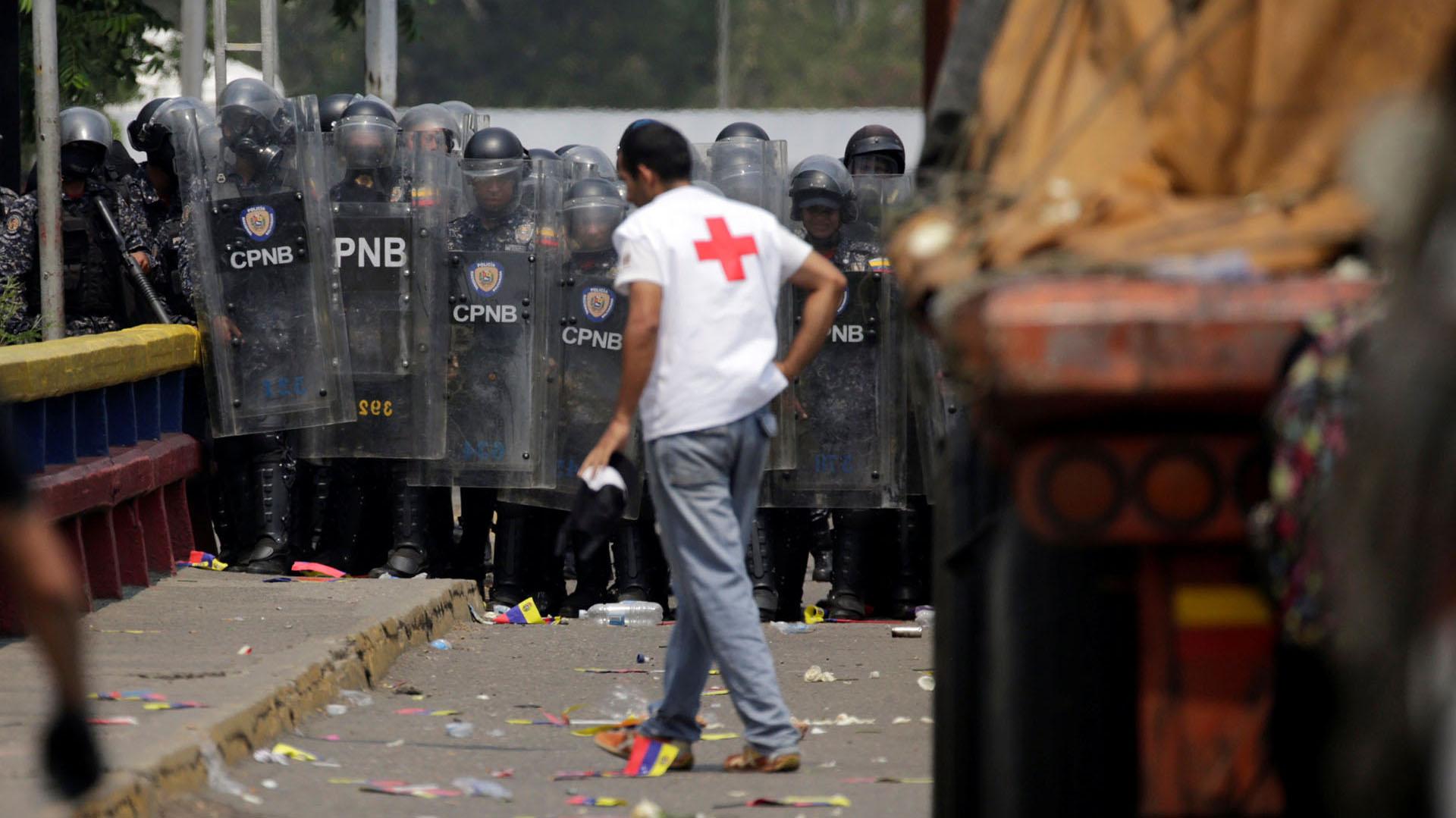 Las fuerzas de seguridad de Venezuela bloquean el puente Francisco de Paula Santander en la frontera entre Colombia y Venezuela cuando los camiones que transportan ayuda humanitaria para Venezuela intentan cruzar, como se ve desde Cúcuta (Reuters)