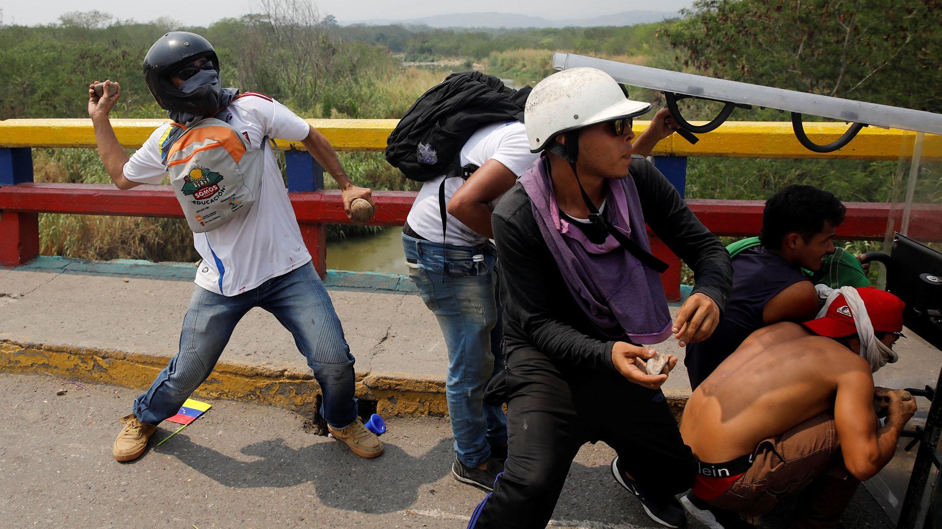 Los manifestantes se enfrentan a las fuerzas de seguridad de Venezuela en Cúcuta (Reuters)