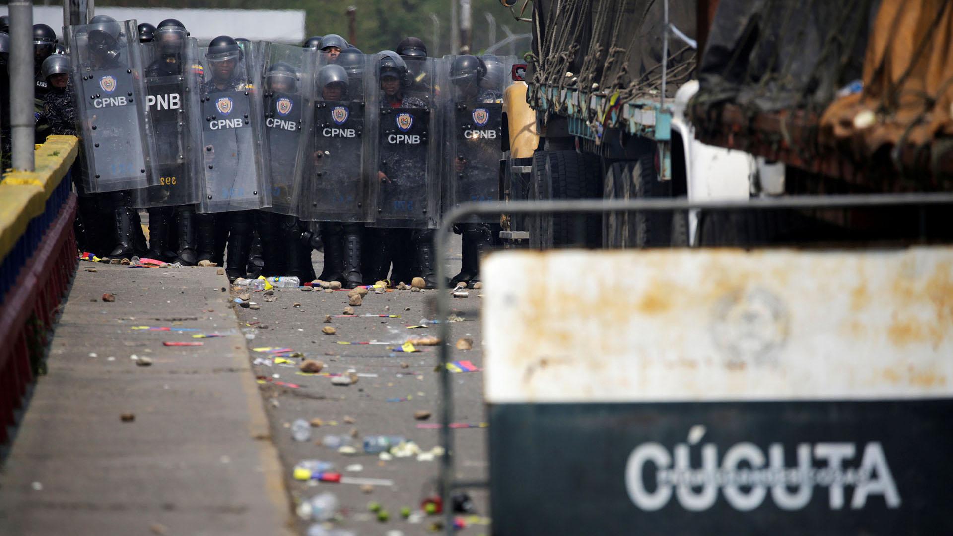 Las fuerzas de seguridad de Venezuela bloquean el puente Francisco de Paula Santander en la frontera entre Colombia y Venezuela (Reuters)