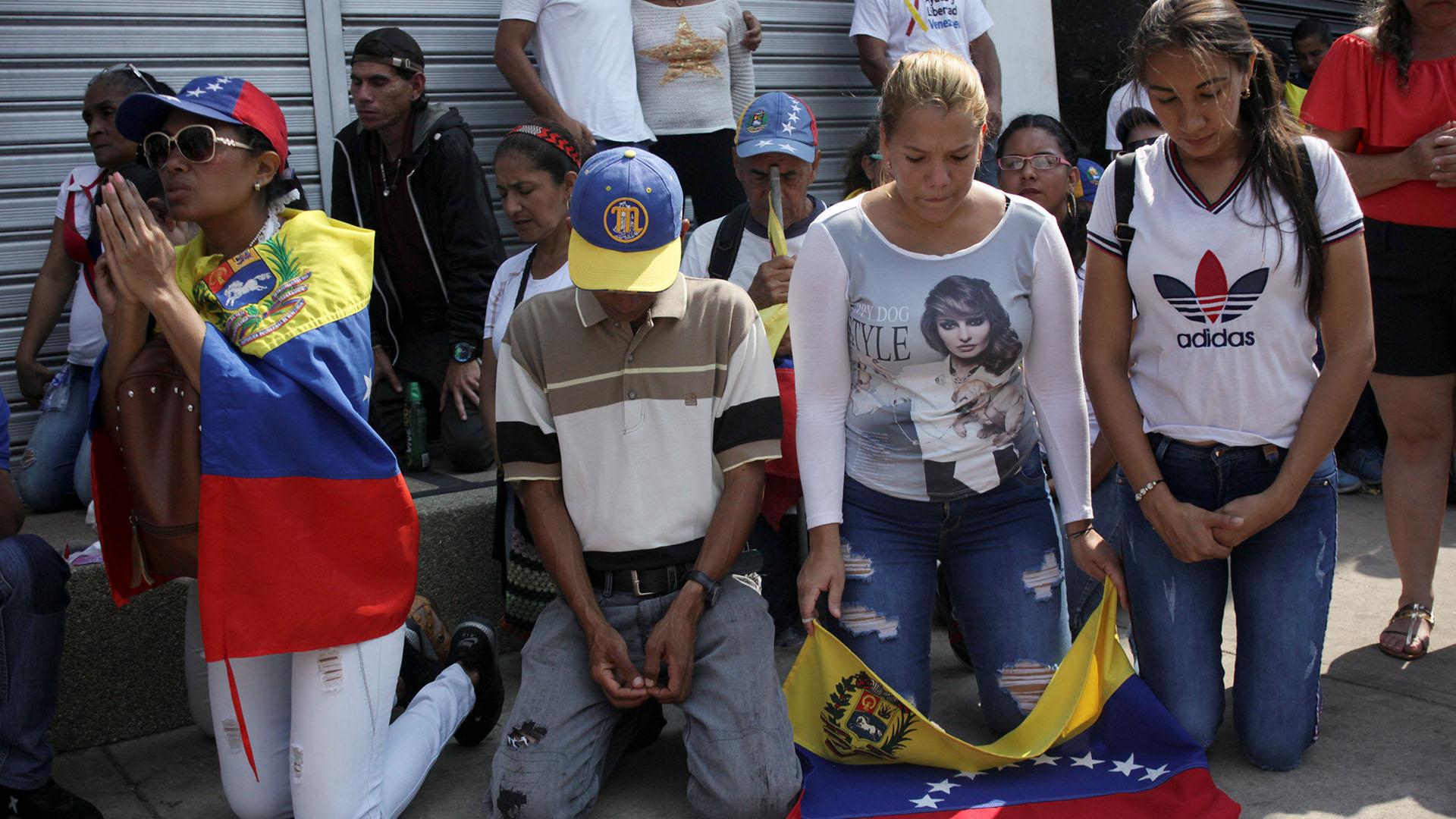 Los partidarios del líder opositor venezolano Juan Guaidó, que muchas naciones han reconocido como el legítimo gobernante interino del país, participan en un mitin para exigir al presidente Nicolás Maduro que permita que la ayuda humanitaria ingrese al país en San Antonio del Táchira, Venezuela (Reuters)