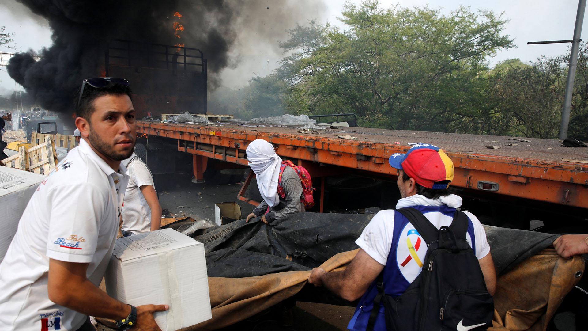 En Cúcuta, venezolanos ayudan a descargar la ayuda humanitaria para intentar cruzarla al otro lado de la frontera (Reuters)