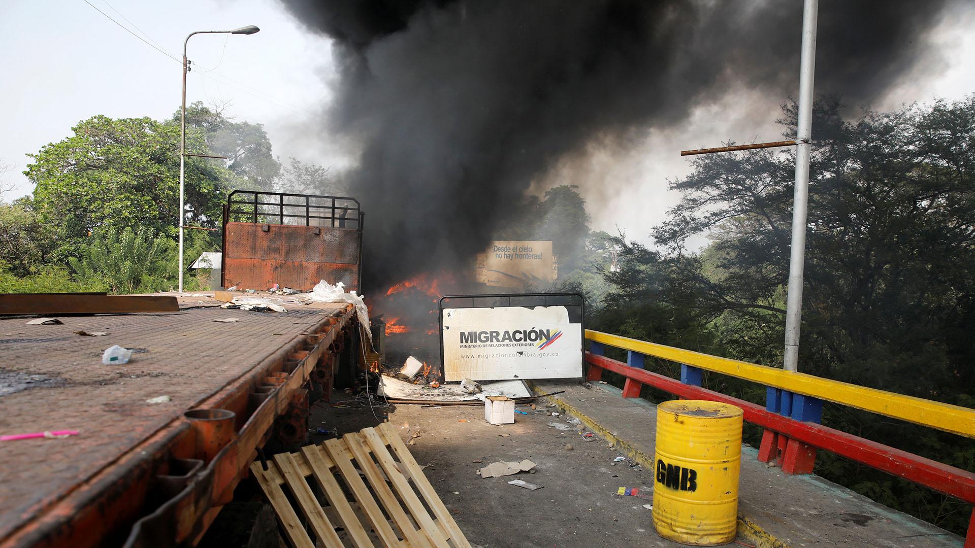 Un camión que transportaba ayuda humanitaria para Venezuela se ve en llamas después de los enfrentamientos entre partidarios de la oposición y las fuerzas de seguridad de Venezuela en el puente Francisco de Paula Santander. El régimen de Nicolás Maduro envió a quemar varios camiones con comida y víveres (Reuters)