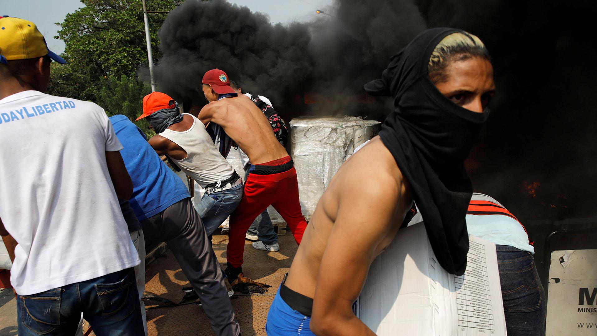 La tensión en el paso fronterizo entre Colombia y Venezuela en Cúcuta es absoluta. El régimen de Nicolás Maduro reprime con gases y balas a los manifestantes que quieren pasar el alimento por la frontera bloqueada (Reuters)