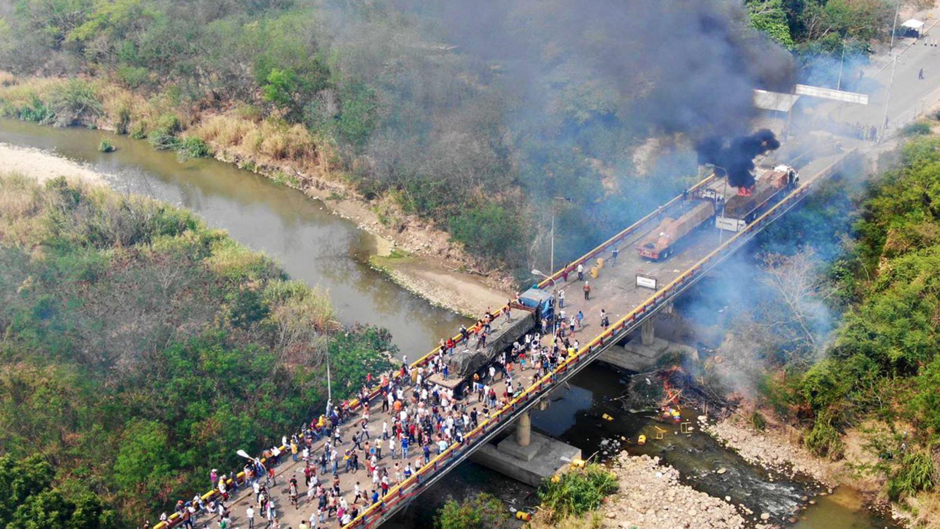 Dura represión en un puente entre Cúcuta y Ureña (@WCKitchen)
