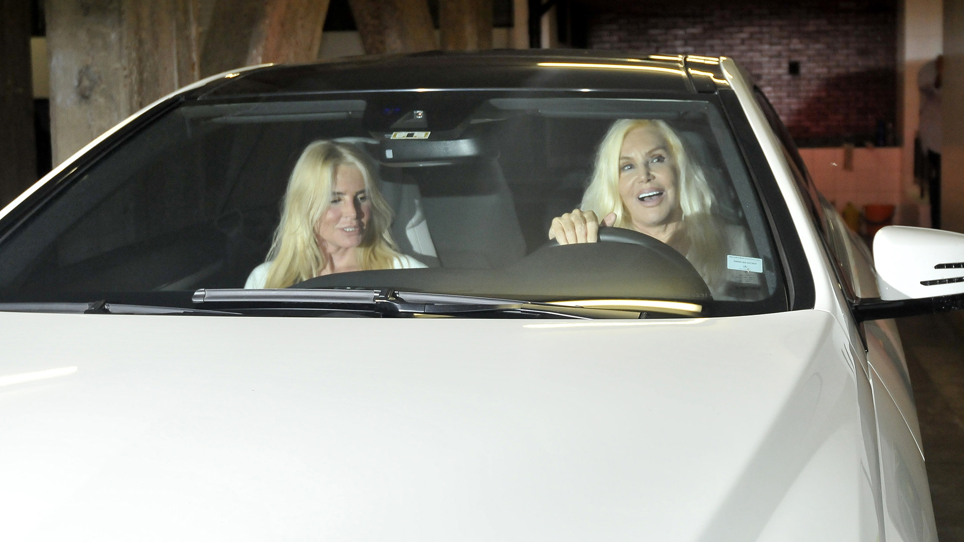 La diva llegó manejando su auto y acompañada de su hija Mecha
