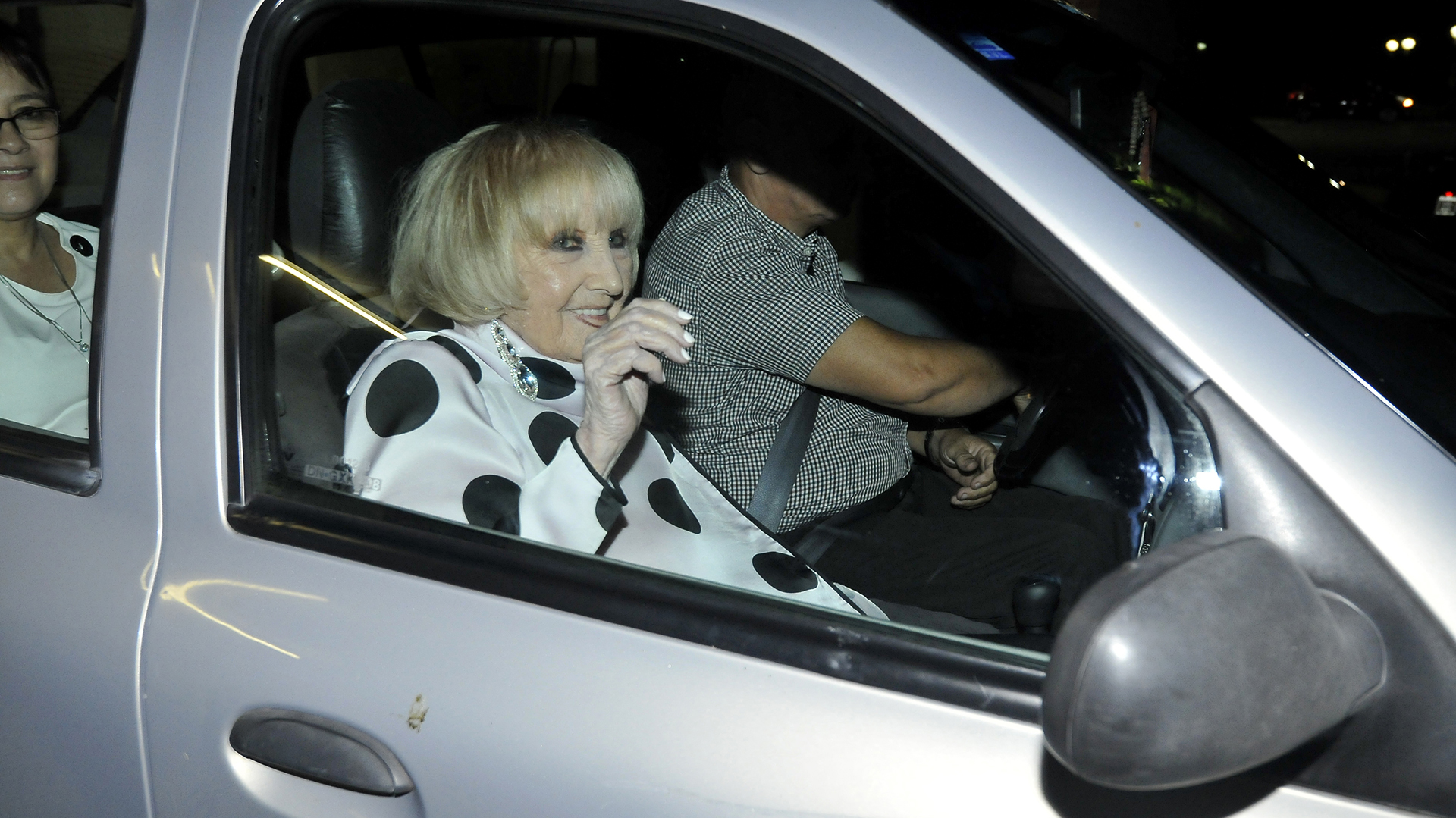Goldie eligió su look blanco y negro para celebrar su cumpleaños número 92