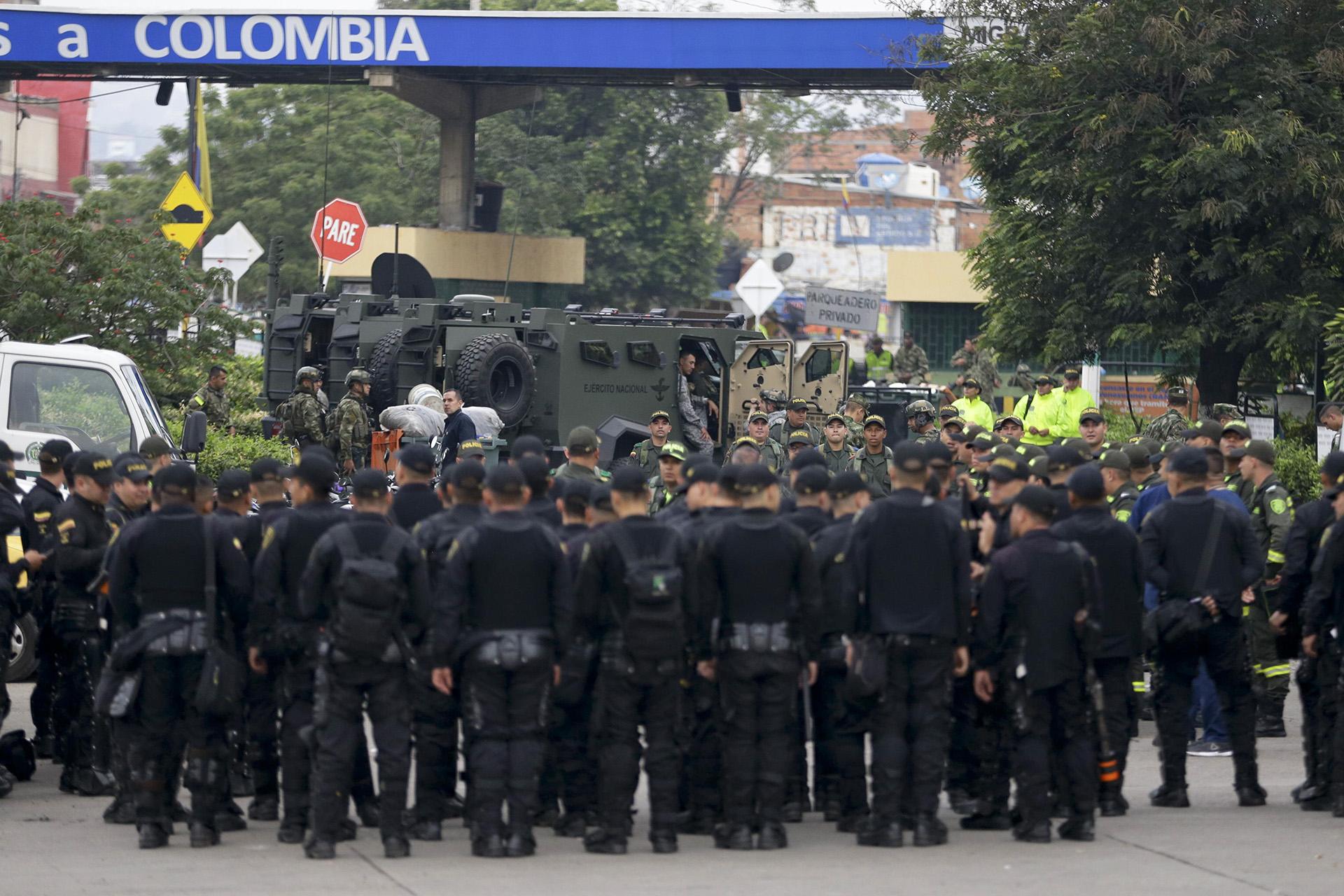 Tensión en la frontera. (AP Photo/Fernando Vergara)