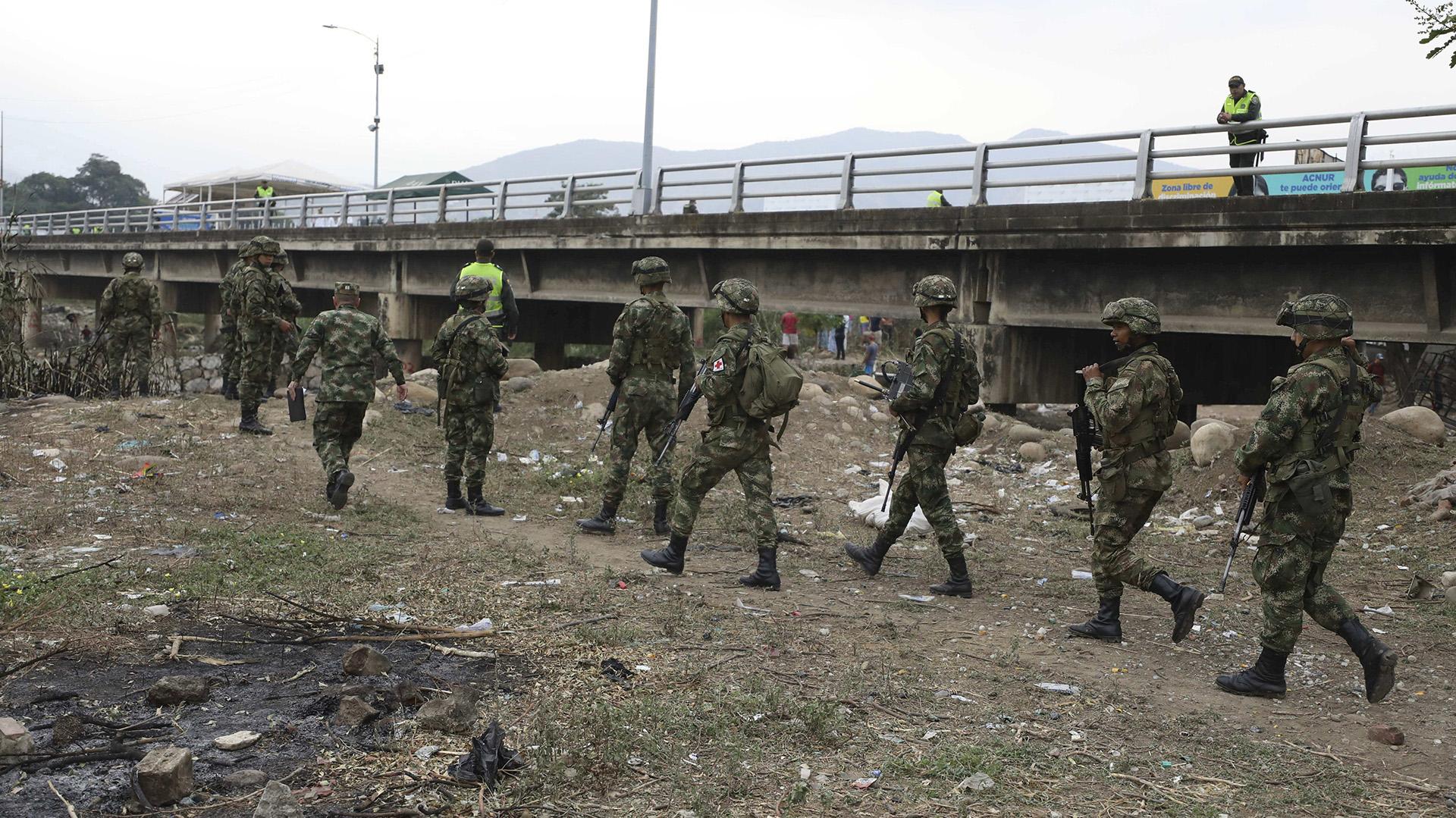 Soldados colombianos patrullan cerca el puente Simón Bolívar en la frontera con Venezuela. (AP Photo/Fernando Vergara)