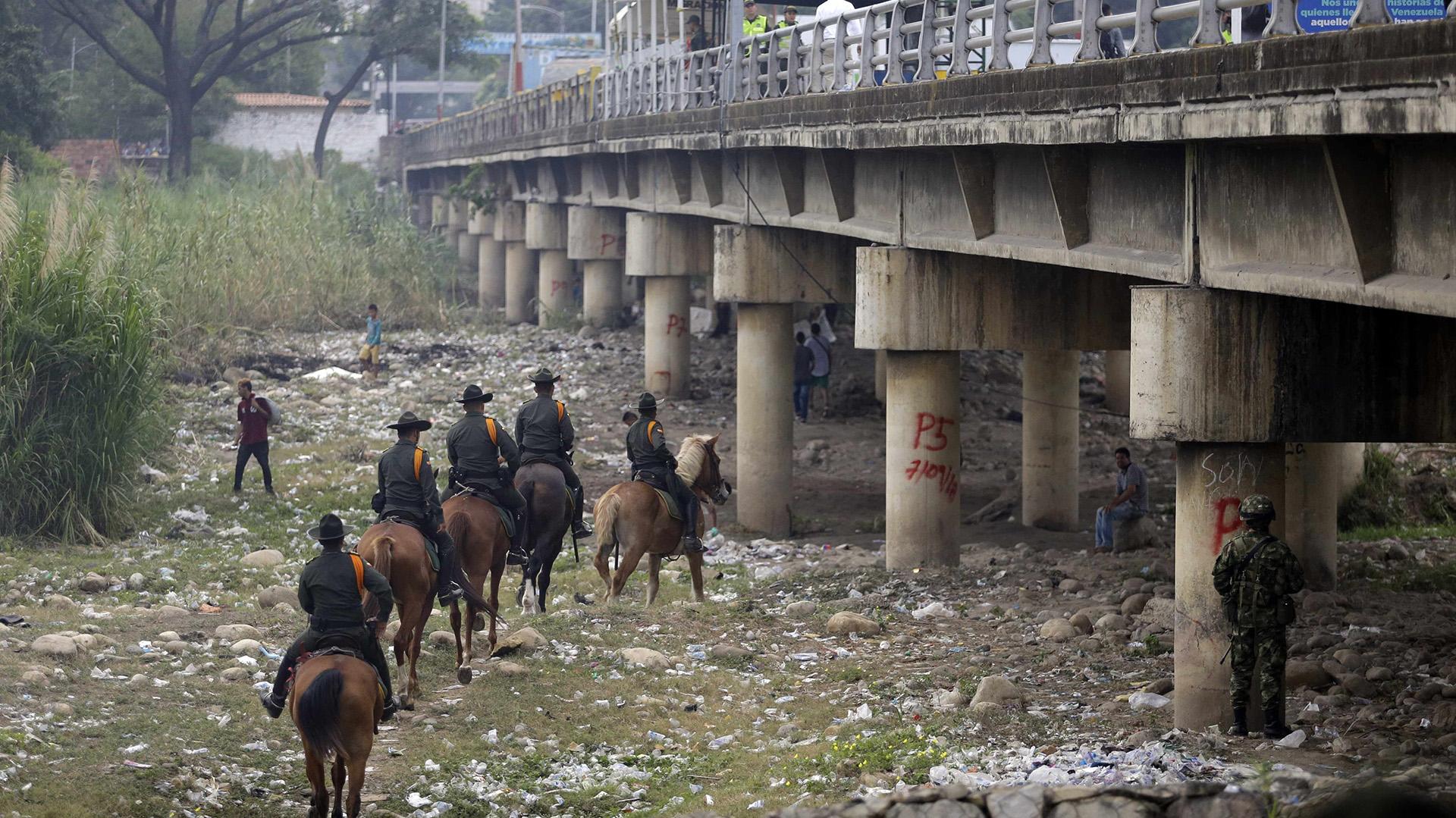 Policía montada patrulla bajo el puente internacional (AP Photo/Fernando Vergara)