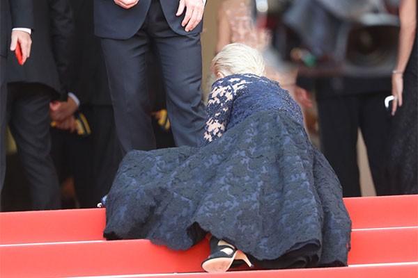 2015: la británica Helen Mirren también se tropezó y se fue al suelo. Estaba lista para posar en la red carpet cuando se chocó con un escalón.