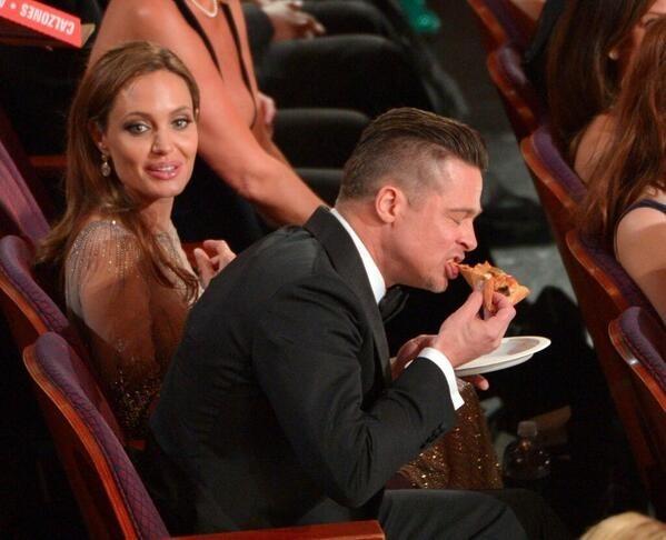 Brad Pitt devorando la pizza que pidió Ellen De Generes.
