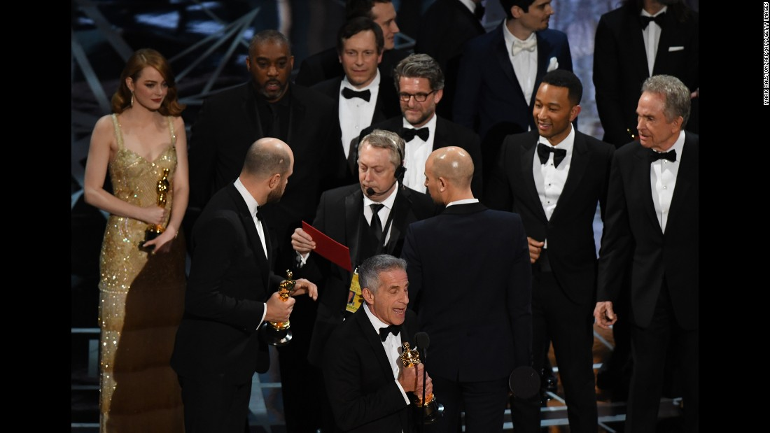 Los actores Warren Beatty y Faye Dunaway eran los encargados de hacer el anuncio más esperado: la mejor película del año según la Academia. Se dieron cuenta del equívoco cuando el elenco ya estaba en el escenario agradeciendo el Oscar.
