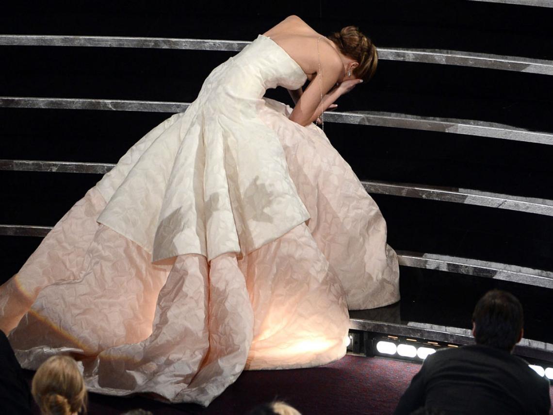 Jennifer Lawrence se olvidó del consejo de su estilista a la hora de dar un paso tras otro empujando el vestido, y se tropezó antes de recibir su estatuilla.