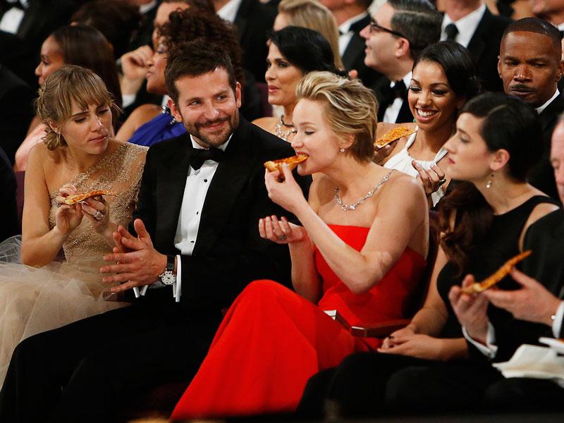La primera fila hambrienta: Scarlett Johansson, Bradley Cooper y Jennifer Lawrence.