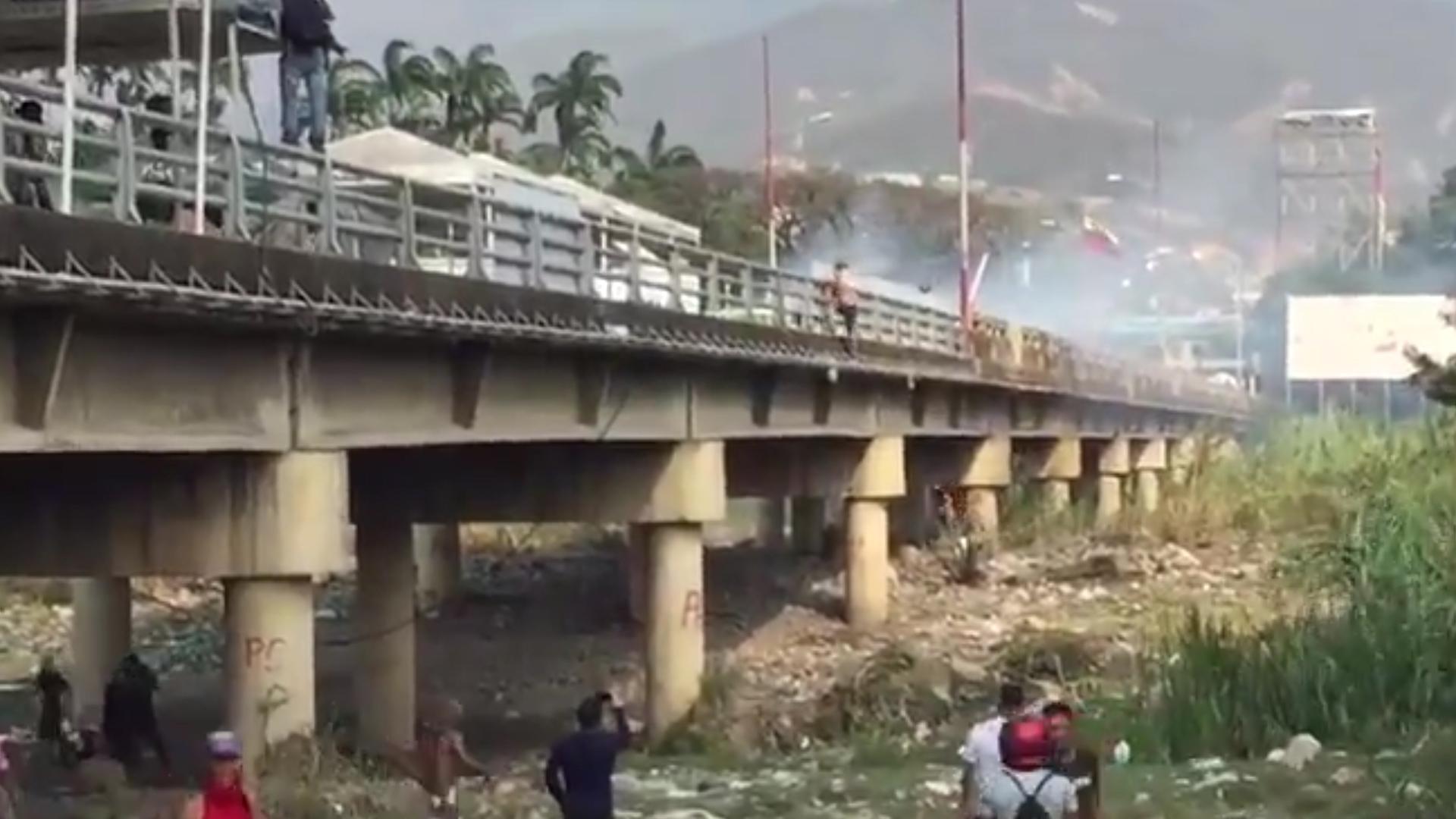 Incidentes en el puente Simón Bolívar.