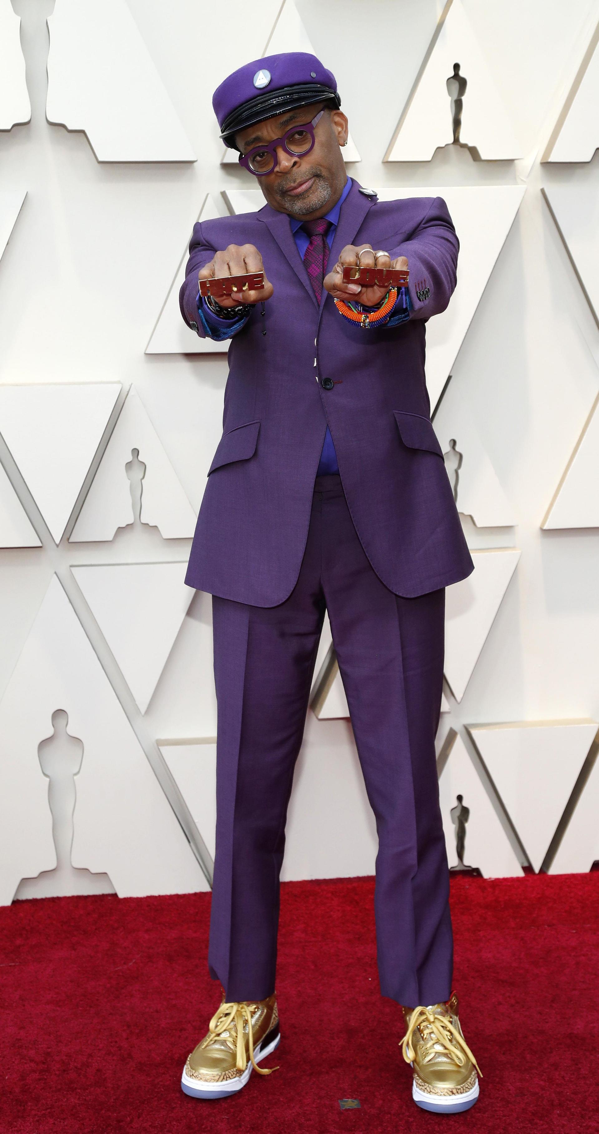 Spike Lee eligió un total look en diferentes tonalidades de violeta. Completó el look con zapatillas deportivas doradas y boina
