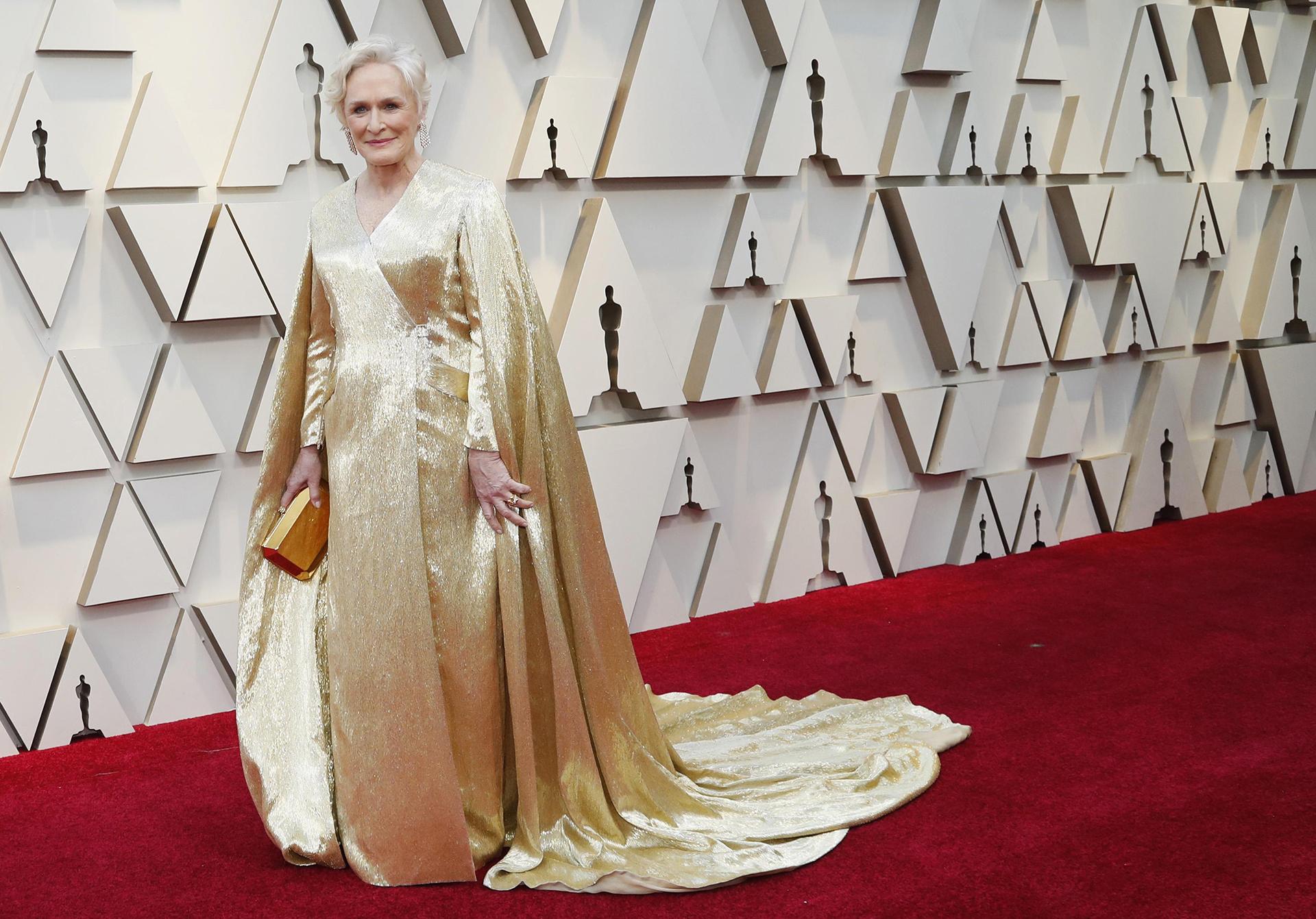 """Glenn Close en un total look dorado con capa incluida. """"Se vistió para el Oscar"""", afirmó Dinar. """"pero hay que reconocer que le queda muy bien"""""""
