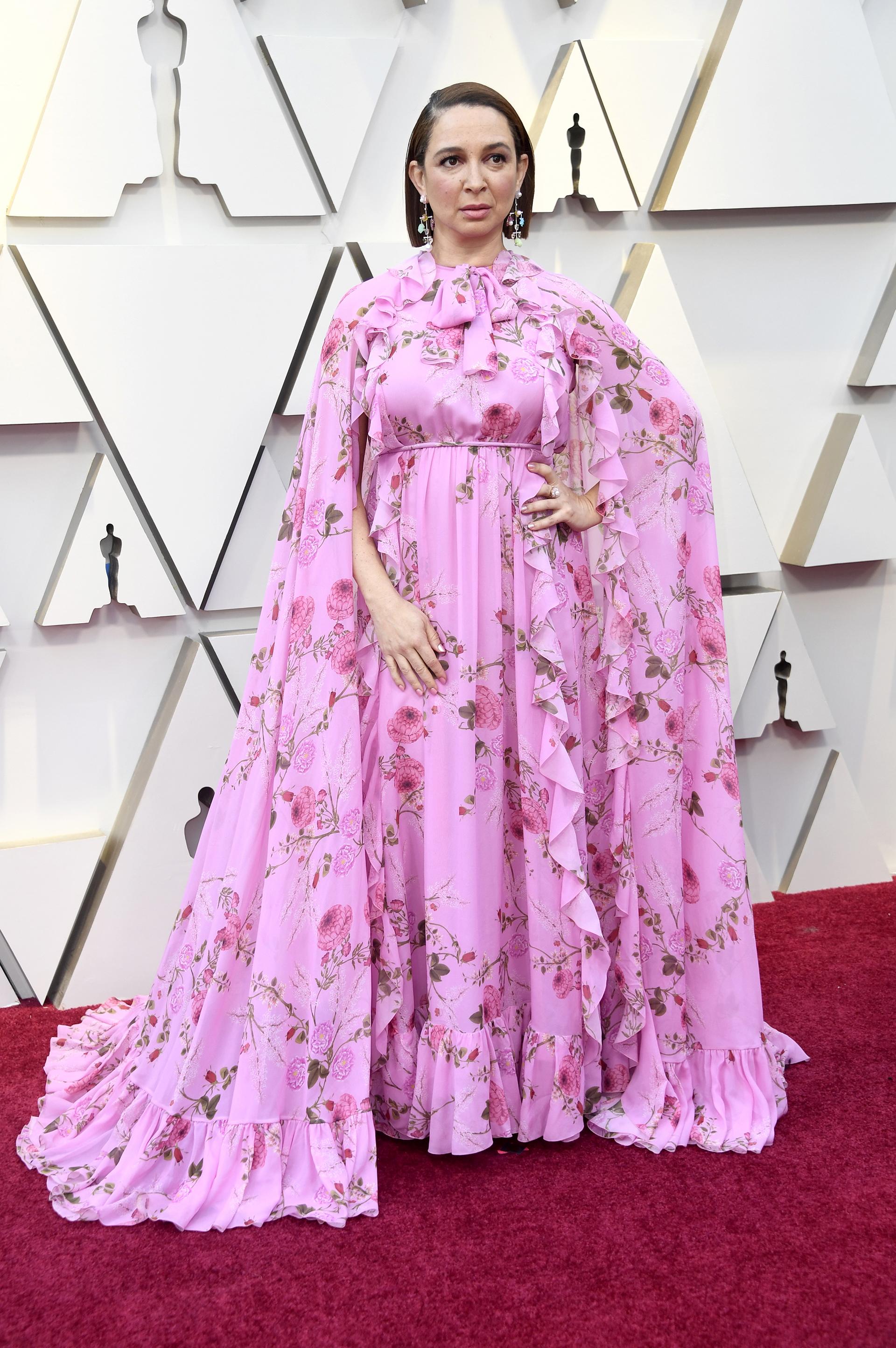 La actriz Maya Rudolphlució un vestido floreado con cuello alto y capa. Los volados también fueron protagonistas