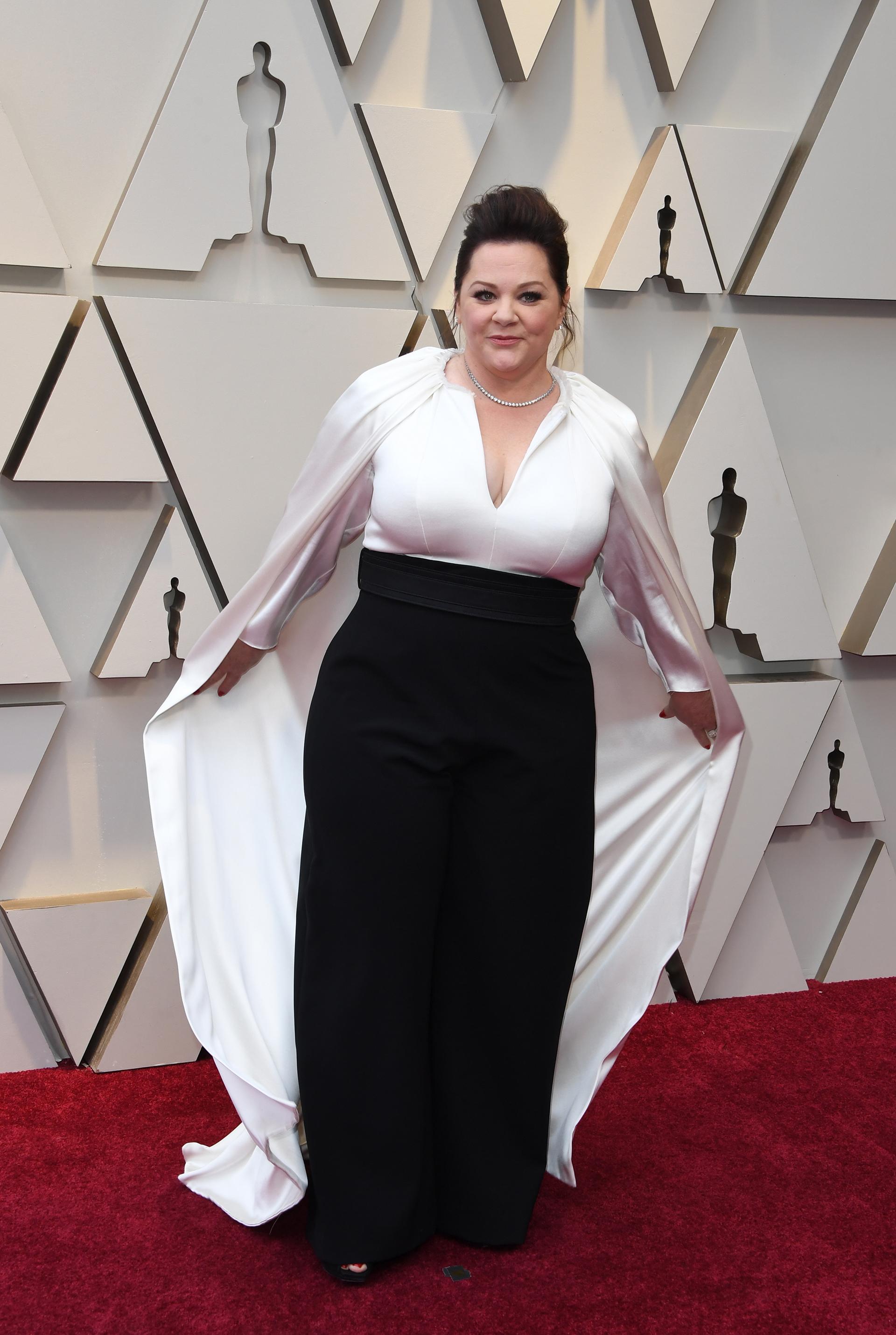 """La actriz nominada al Oscar por """"Can You Ever Forgive Me?"""" optó por unconjuntobicolor blanco y negro muy clásico y elegante, con pantalón y capa"""
