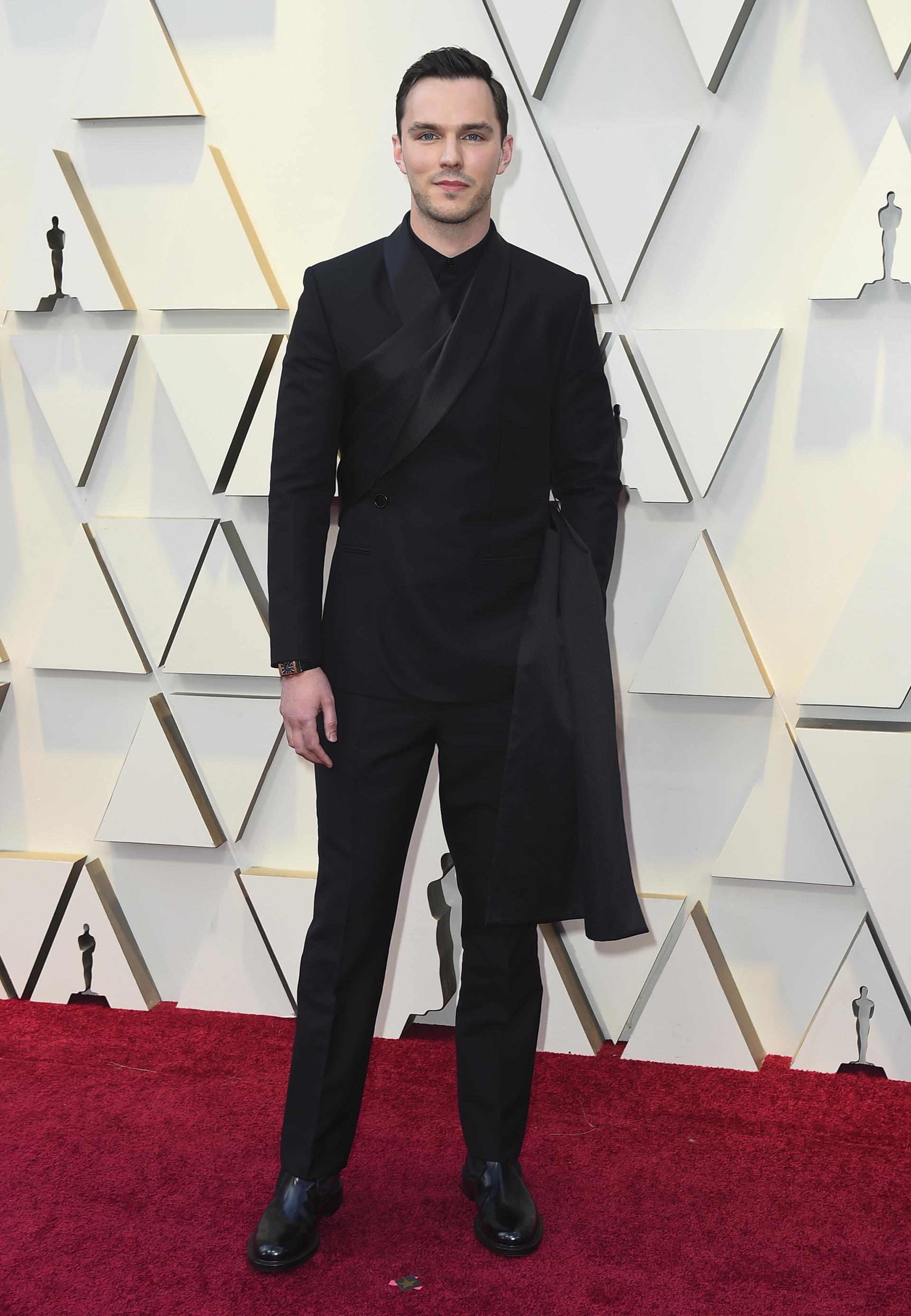 Nicholas Houltcon un look total black de Dior con un sash negro que cae al costado