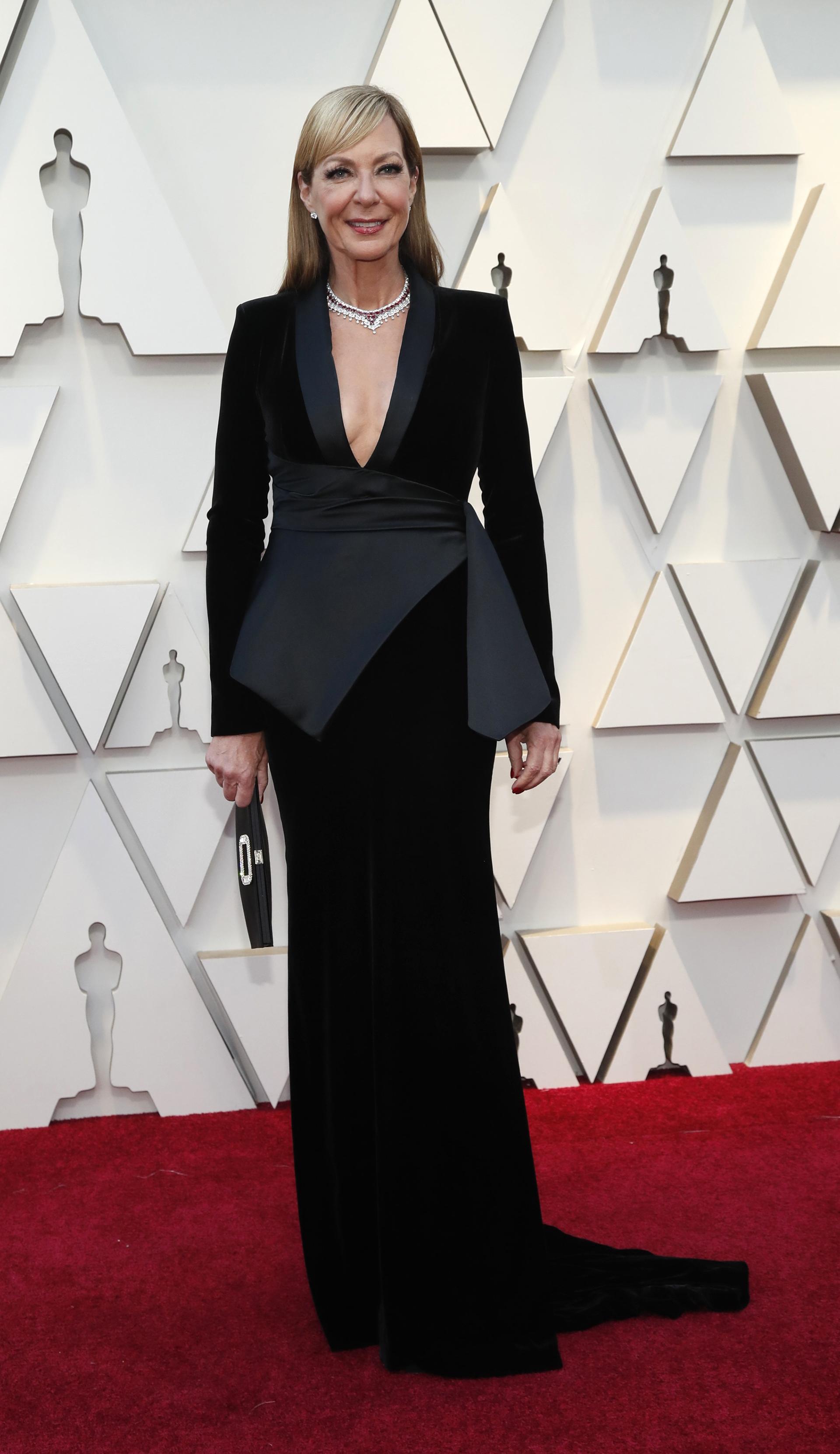 """Allison Janneycon un vestido negro con escote profundo. """"Me parece elegante"""", aseveró Profumo. """"Me gusta el escote en ella que no tiene mucho busto y da como un traje con falda. Linda falda y buen corte"""""""
