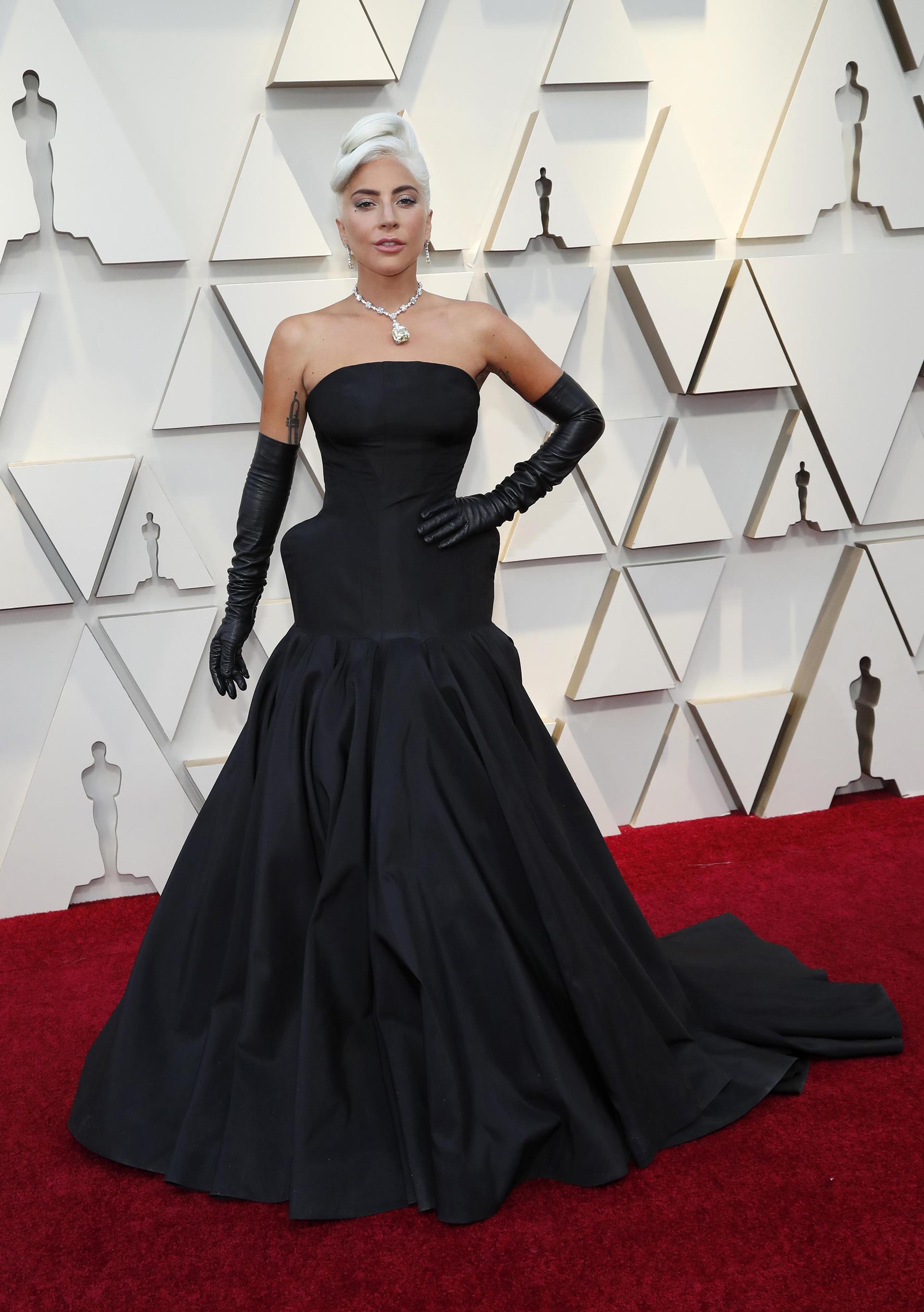"""Lady Gaga optó por un look más sobrio al que nos tiene acostumbrados, pero no por eso menos fashionista. Un vestido negro con corset armado y strapless. ¿El detalle? Los guantes negros estilo """"old Hollywood"""". """"Maravillosamente elegante y distinguida"""" alabó la diseñadora Patricia Profumo."""