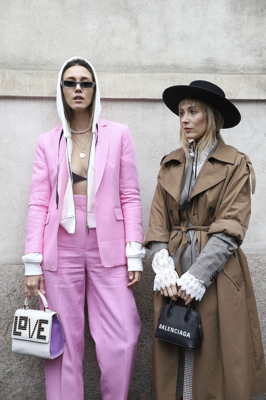 La moda no solo ocurre en la pasarela de Milán se ve en sus calles así como lo lucen Diana Enciu y Alina Tanasa – stylist, bloggers (Belen Sivori)