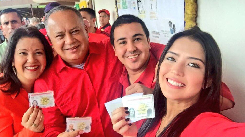 Diosdado Cabello con su familia antes de que los hijos partieran a China ( Foto: @vkislinger)