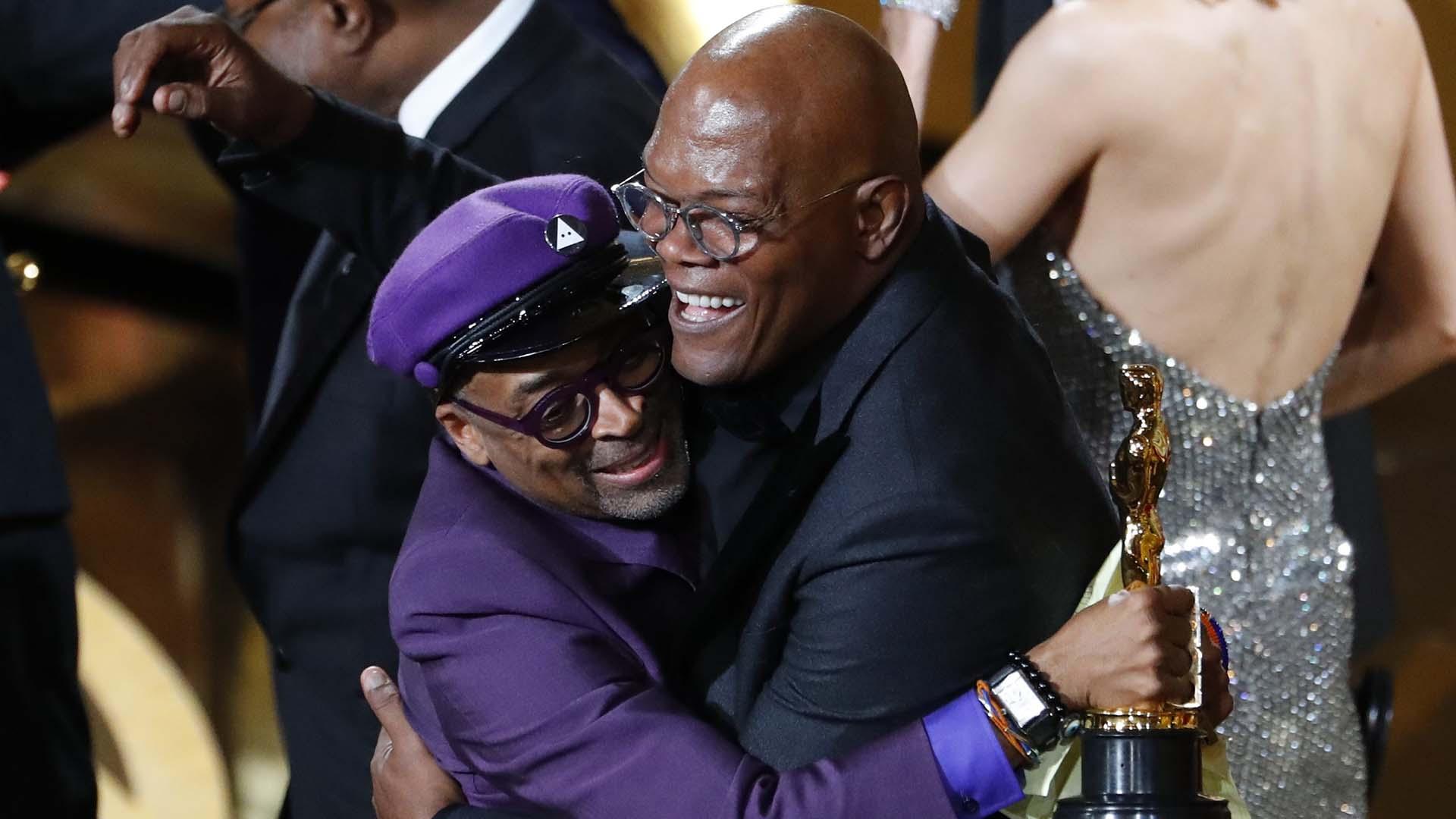 """Spike Lee, saludado por Samuel Jackson al recibir el Oscar al mejor guión adaptado por """"BlacKkKlansman"""" (REUTERS/Mike Blake)"""