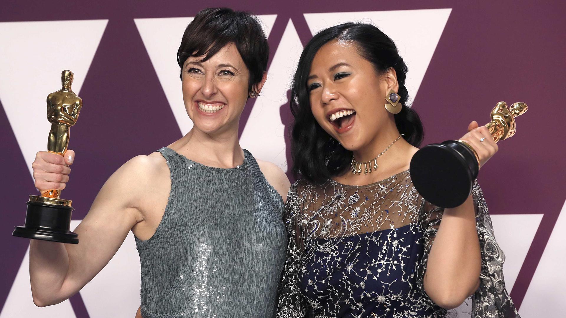 "Domee Shi y Becky Neiman-Cobb posan con el Oscar a mejor película corta de animación por ""Bao"" (REUTERS/Mike Segar)"