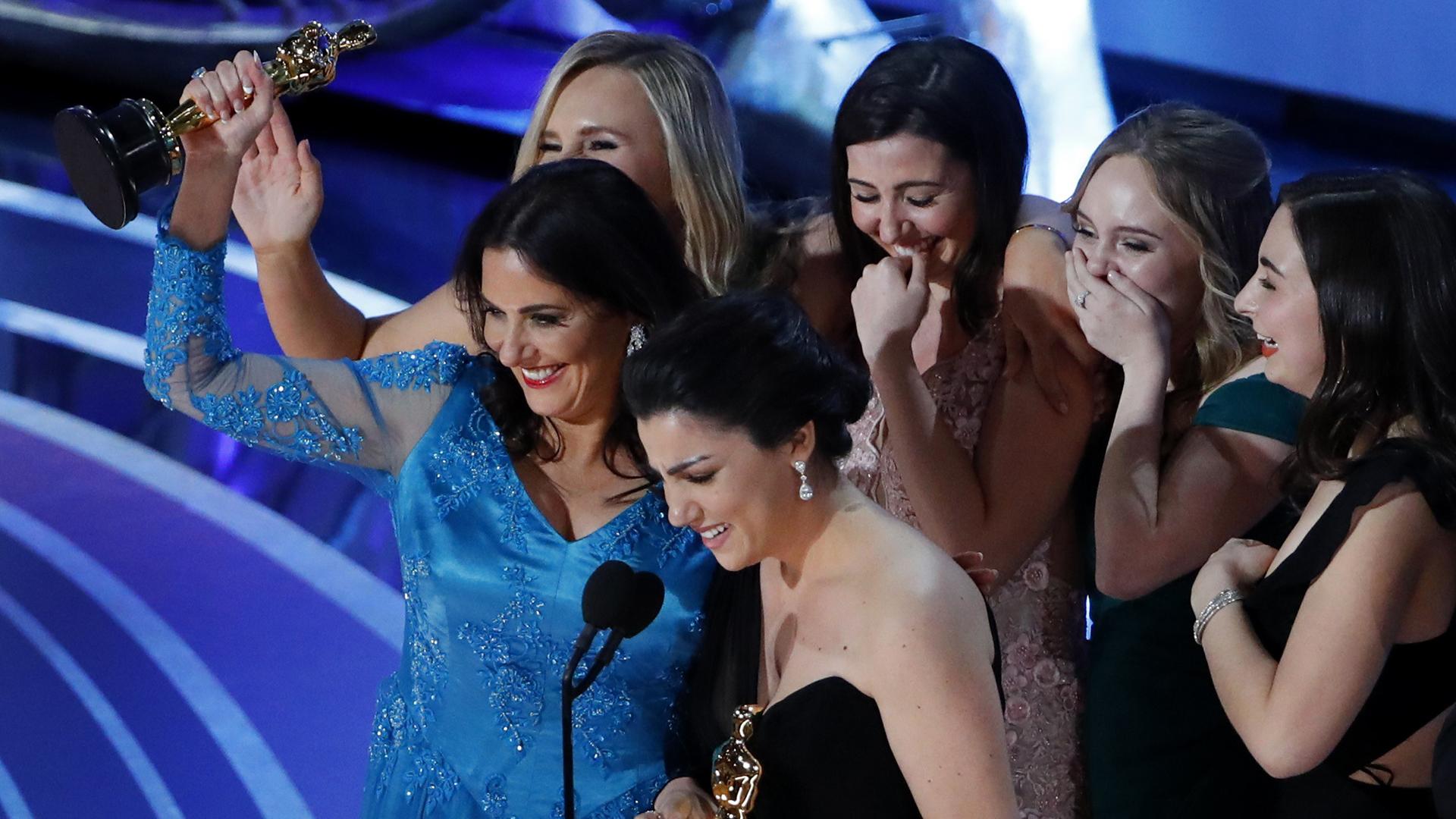 """Rayka Zehtabchi y Melissa Berton con el Oscar a mejor cortometraje documental por """"Period End Of Sentence"""" (REUTERS/Mike Blake)"""