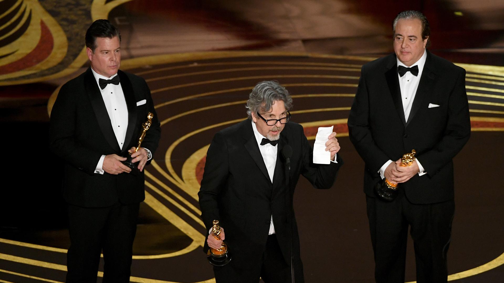 """Brian Currie, Peter Farrelly y Nick Vallelonga con el Oscar al mejor guión original por """"Green Book'""""(Kevin Winter/Getty Images/AFP)"""