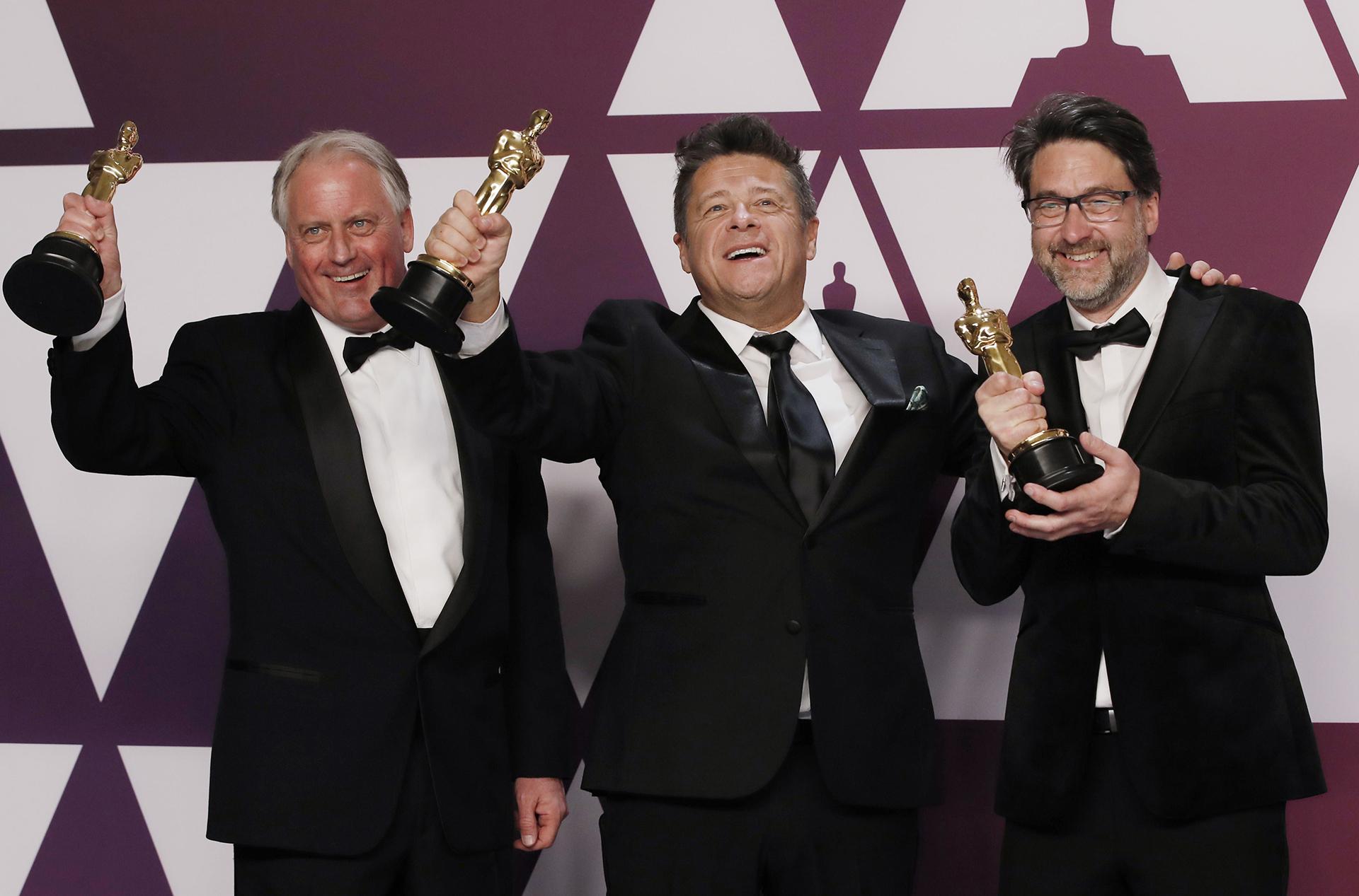 """Paul Massey, Tim Cavagin y John Casali con el Oscar a mejor mezcla de sonido por """"Bohemian Rhapsody"""" (REUTERS/Mike Segar)"""