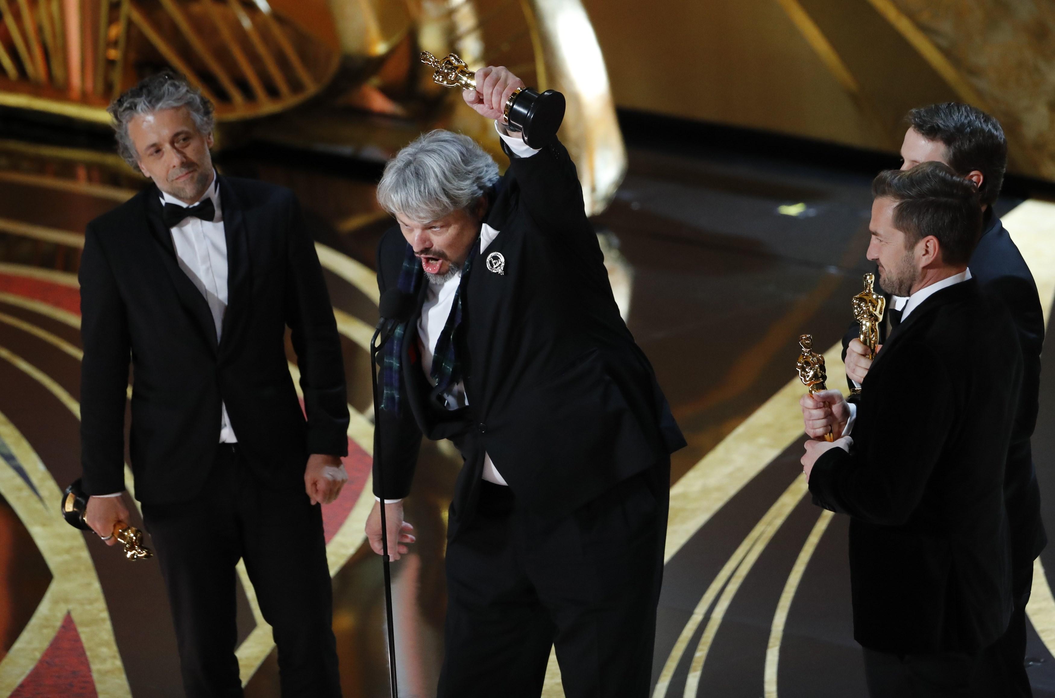 """Paul Lambert, Ian Hunter, Tristan Myles y J.D. Schwalm con el galardón a mejores efectos especiales por """"First Man"""" (REUTERS/Mike Blake)"""