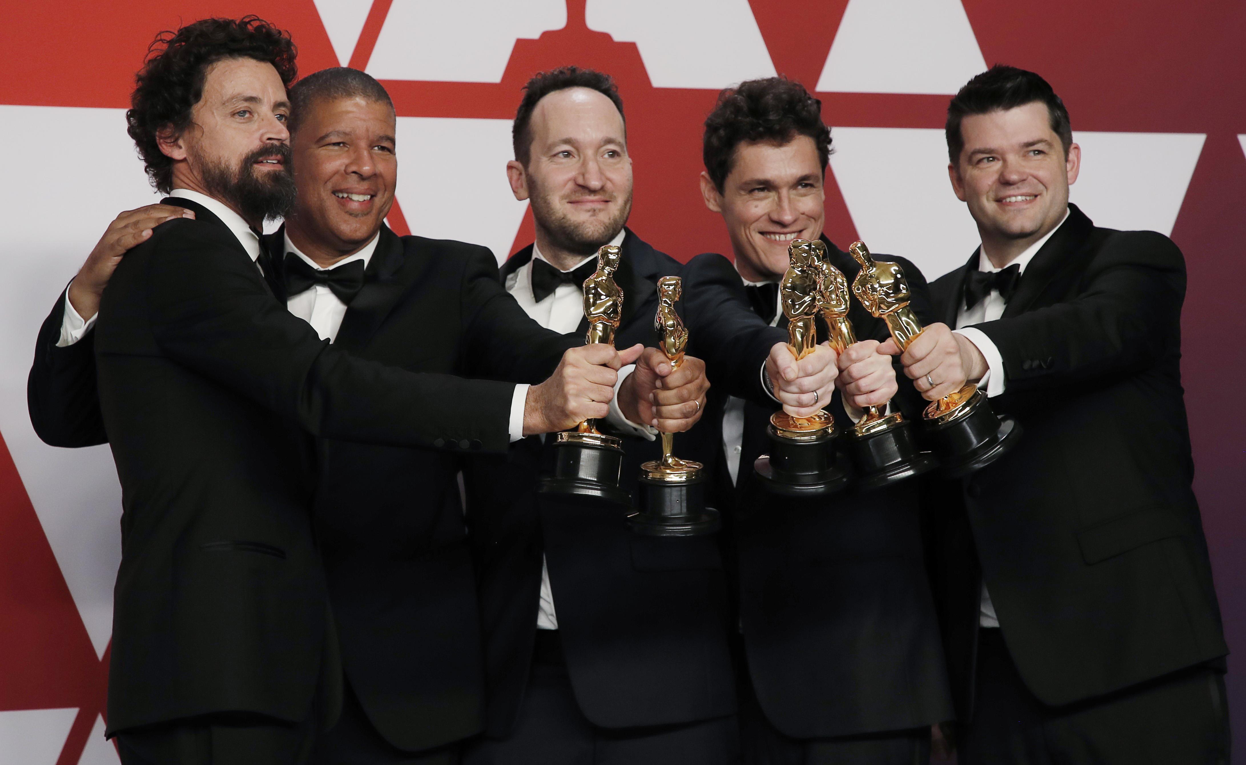 """Bob Persichetti, Peter Ramsey, Rodney Rothman, Phil Lord y Christopher Miller con el Oscar a la mejor película de animación por """"Spider-Man: Into The Spider-Verse"""" (REUTERS/Mike Segar)"""