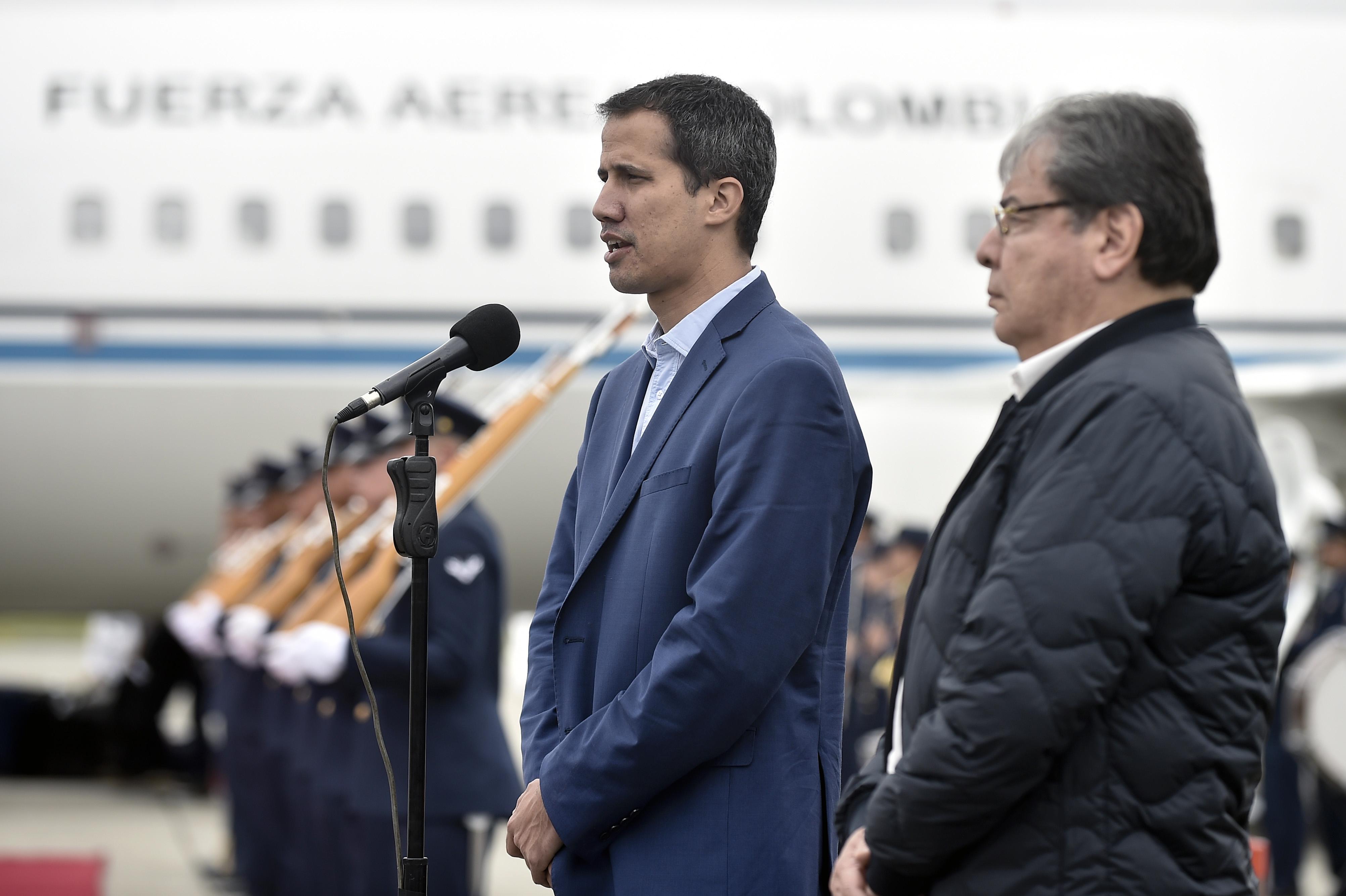 Juan Guaidoy el canciller colombiano Carlos Holmes Trujillodurante una conferencia de prensa tras la llegada a Bogotá del presidente interino de Venezuela (EFRAIN HERRERA /Presidencia de Colombia/ AFP)