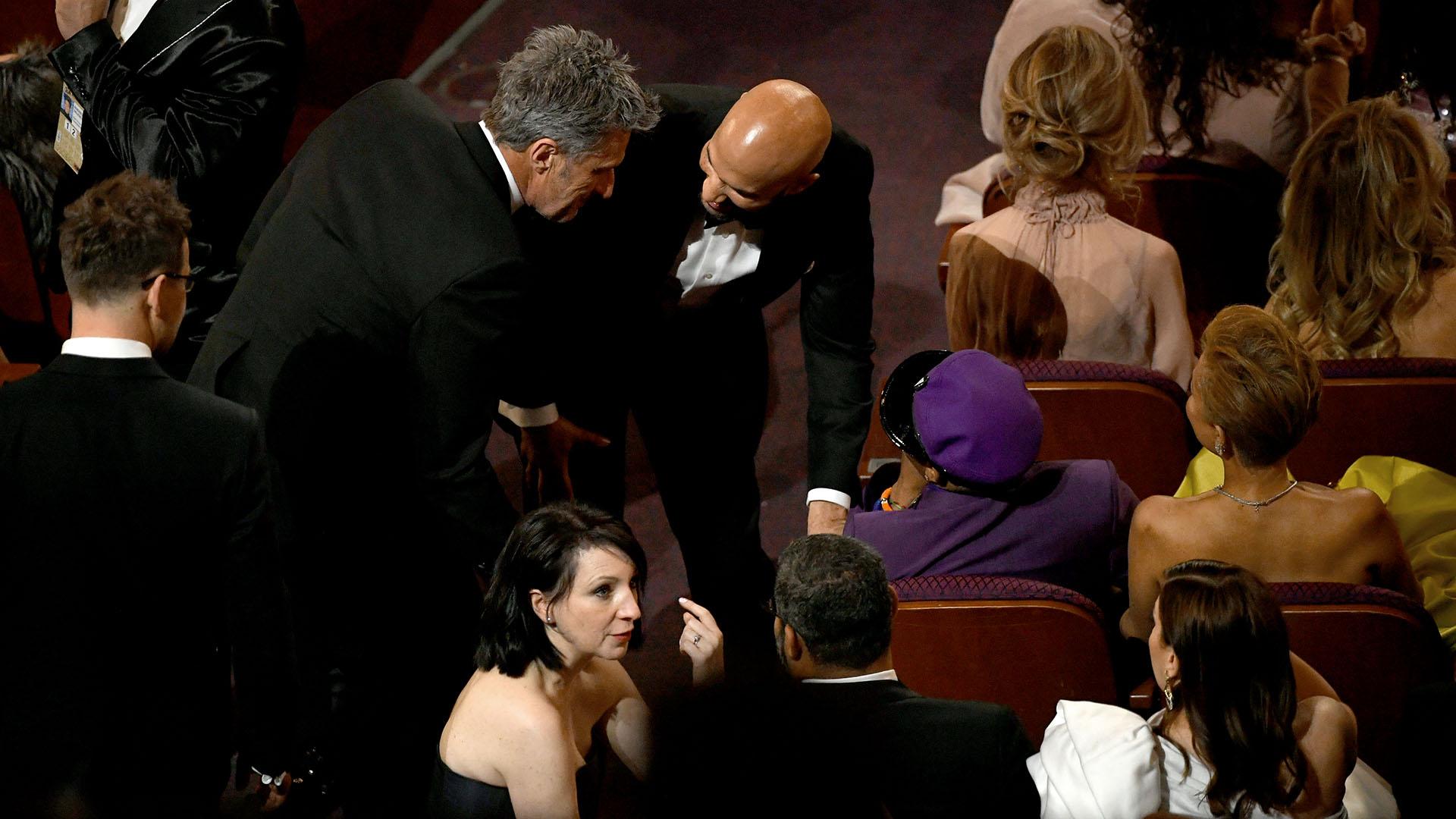 """Spike Lee habla con sus productores mientras el elenco de """"Green Book"""" recibe el Oscar"""