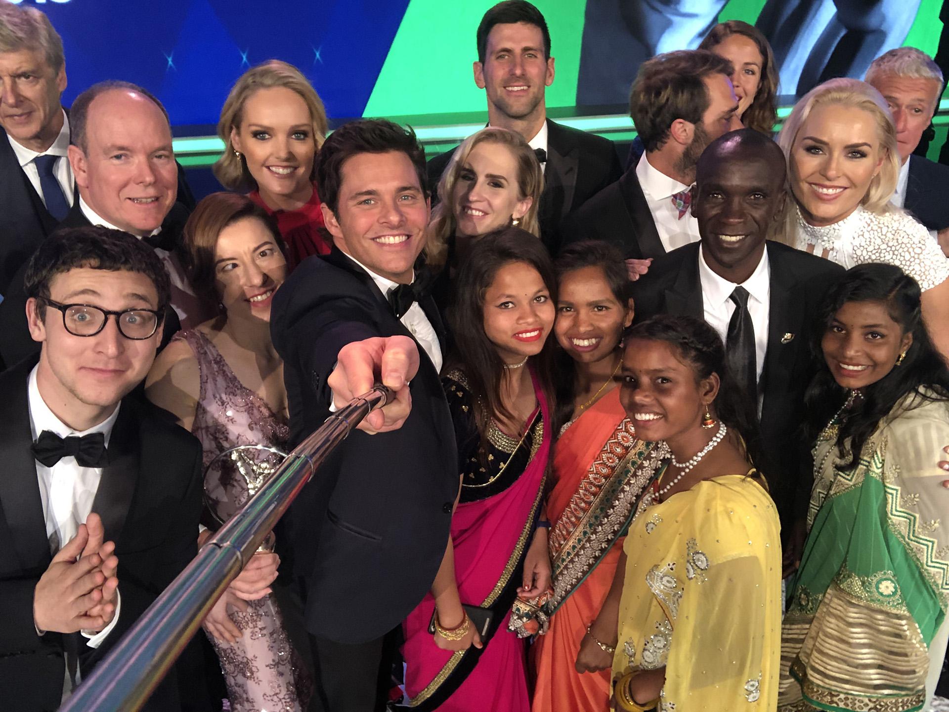 El presentador, James Marsden, se tomó una selfie sobre el escenario con algunas de las figuras deportivas (Alexander Hassenstein/Getty Images for Laureus)