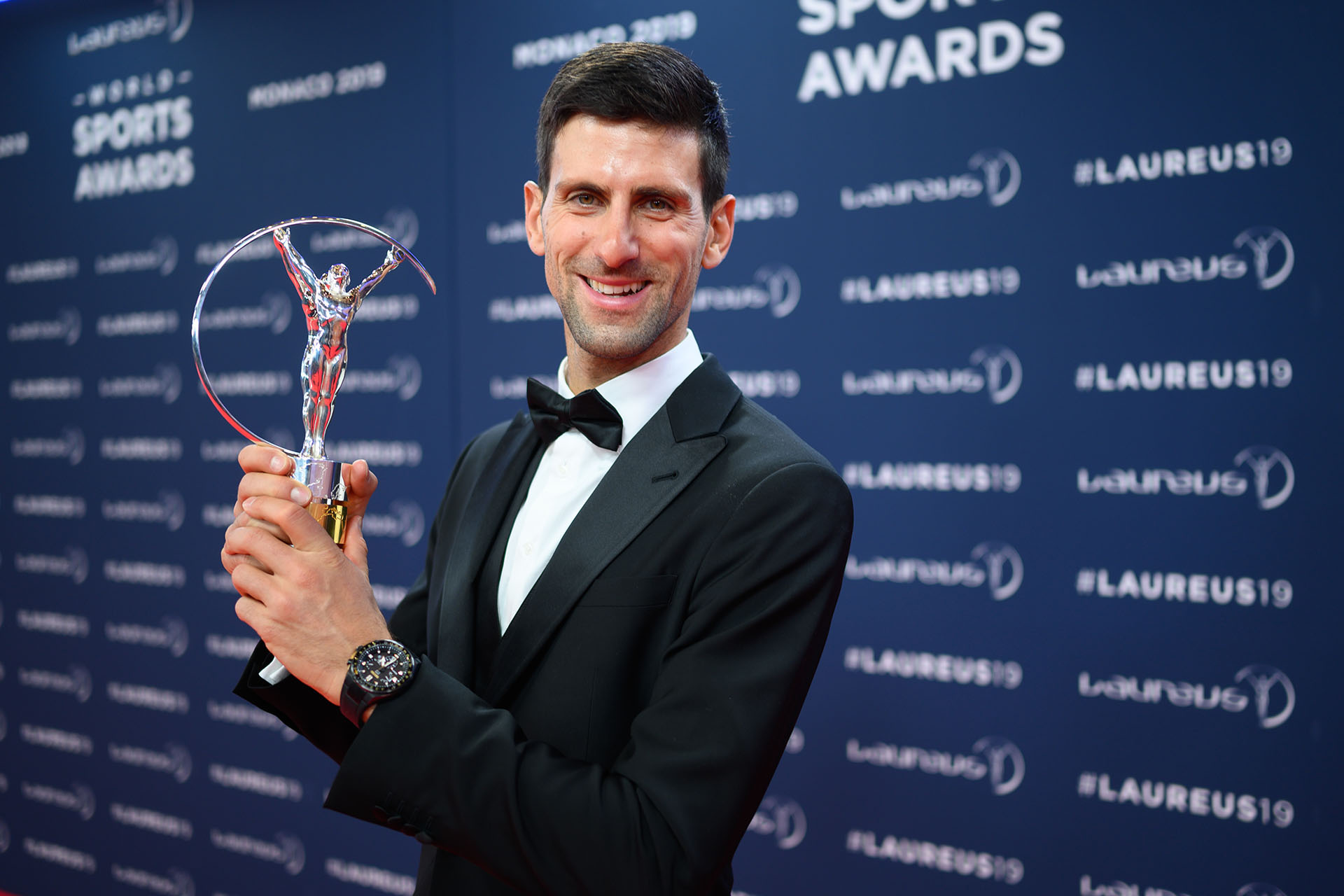 El tenista Novak Djokovic entre los más premiados de la noche se mantuvo a la etiqueta con un riguroso smoking