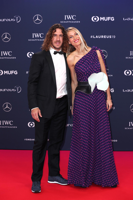 Carlos Puyol -miembro de la Academia de Laureus junto a su pareja,la modelo Vanesa Lorenzo con un espectacular diseño de El Pozo