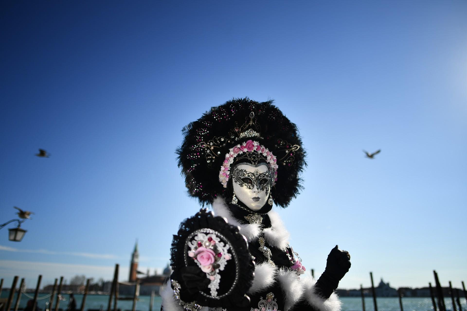 Un juerguista con una máscara y un traje de época participa en el Carnaval de Venecia el 23 de febrero de 2019 en Venecia.