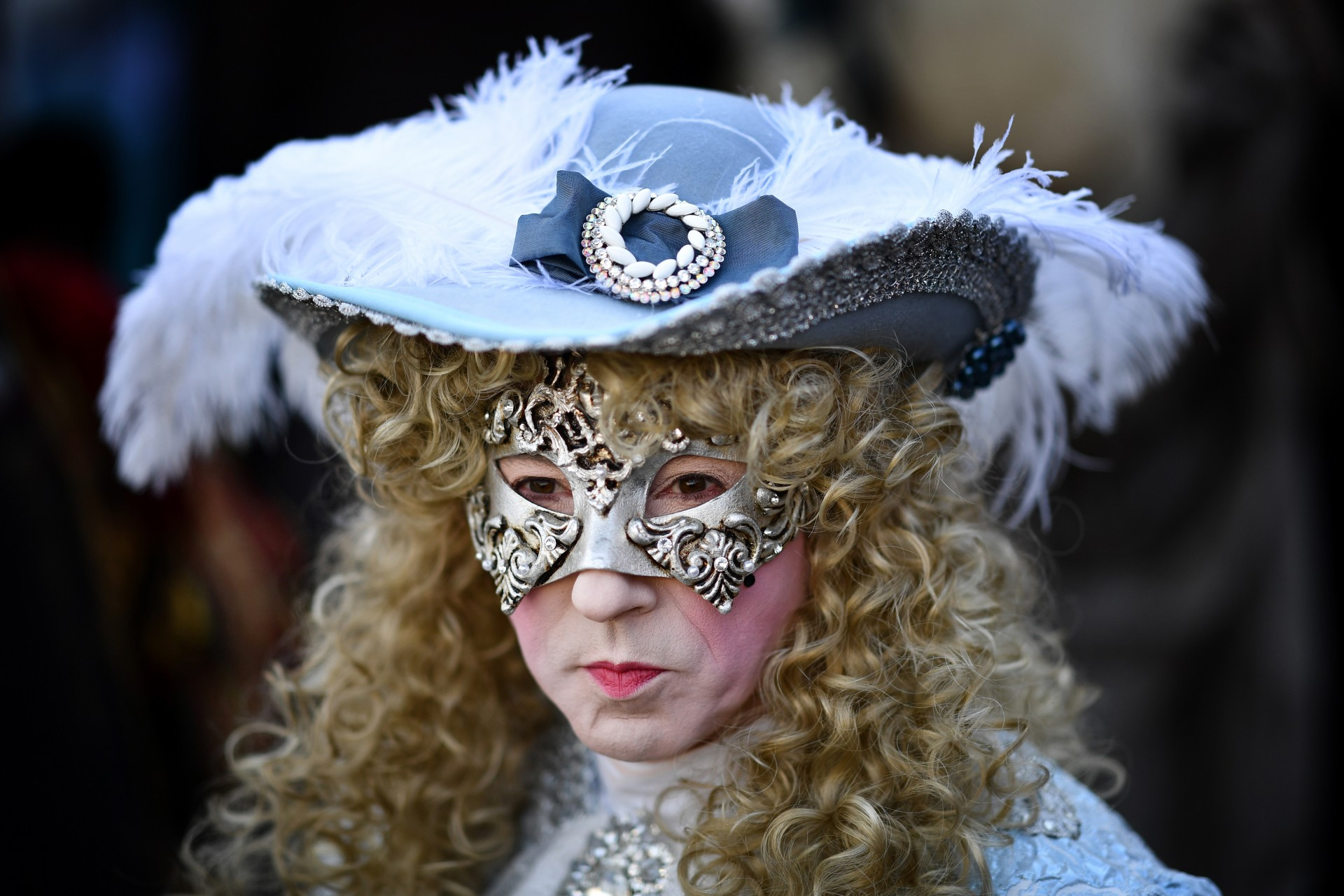 Un hombre contraje de época participa en el Carnaval de Venecia el 24 de febrero de 2019 en Venecia.