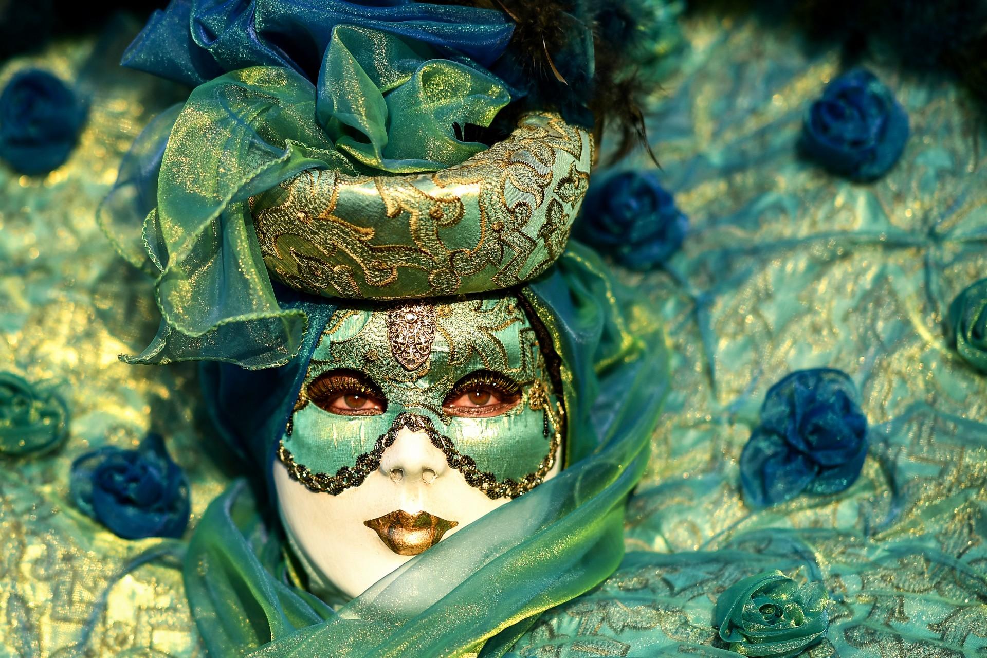 Un juerguista con máscara y un traje de época participa en el Carnaval de Venecia el 24 de febrero de 2019 en Venecia.