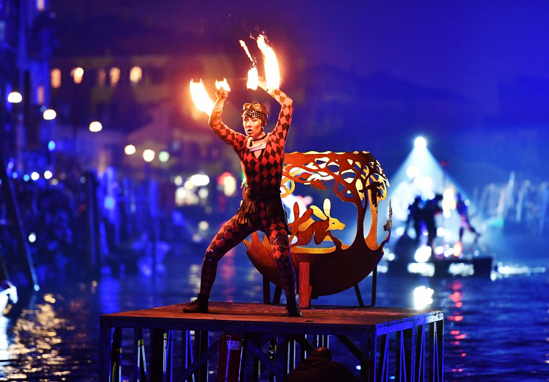 Los artistas actúan durante las festividades de 'Tutta colpa della Luna' o 'Culpa a la luna' en el Río di Cannaregio, uno de los canales famosos de Venecia el 16 de febrero de 2019.