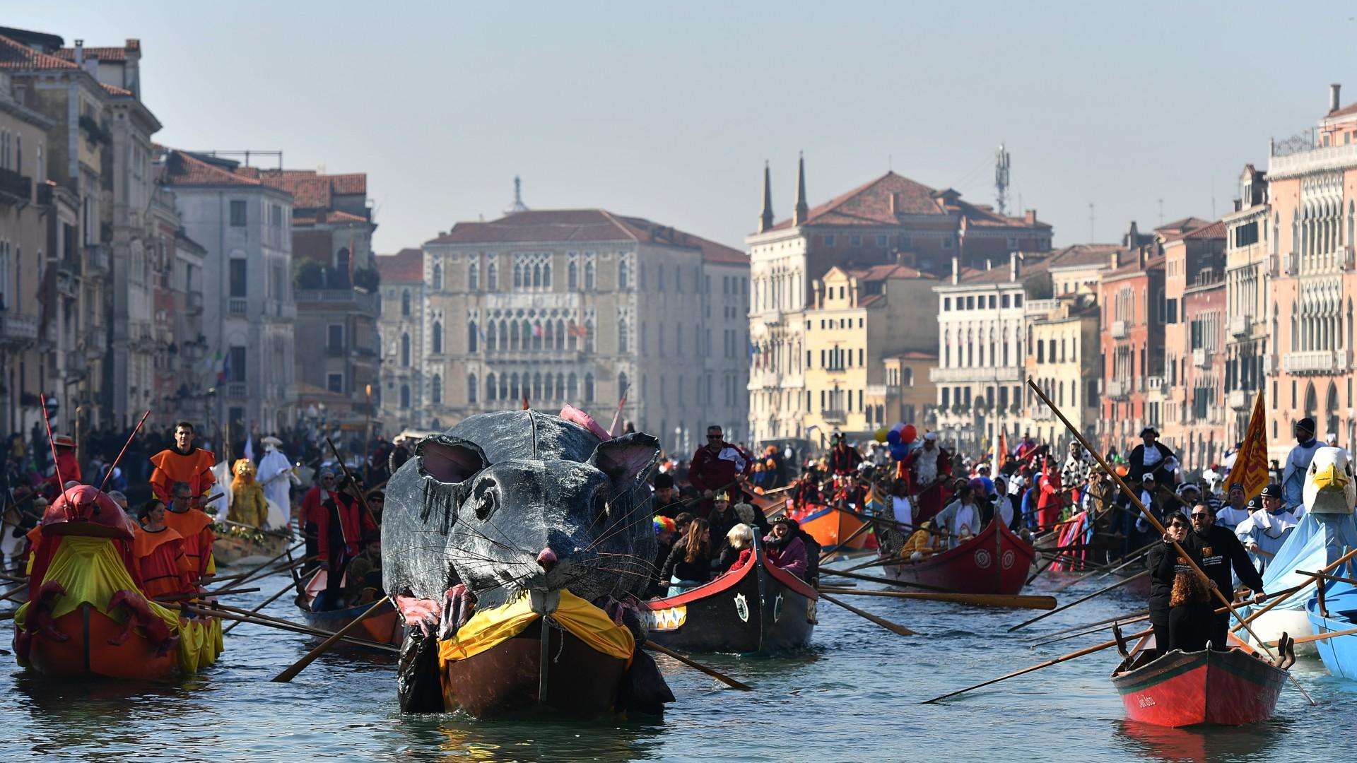 Los barcos decorados se mueven en el Gran Canal durante la regata de apertura del Carnaval de Venecia el 17 de febrero de 2019.
