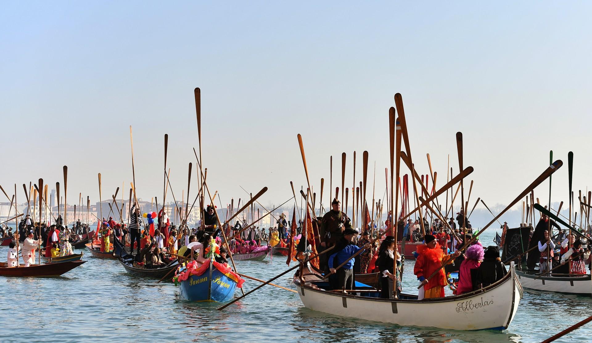 Los barcos con juerguistas enmascarados se mueven en el Gran Canal durante la regata de apertura del Carnaval de Venecia el 17 de febrero de 2019.