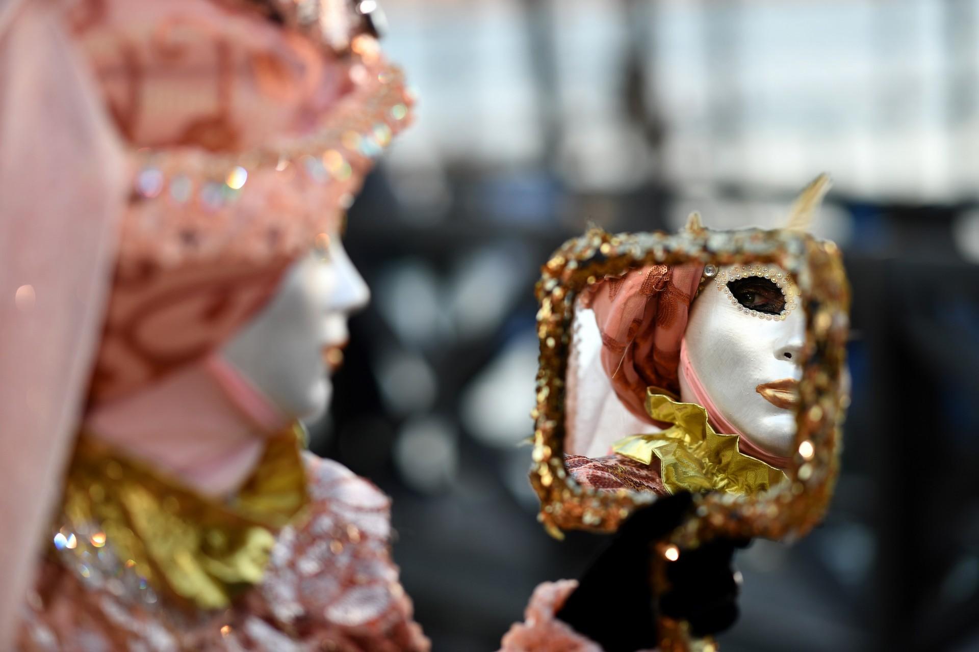 Unparticipantecon una máscara y un traje de época participa en el Carnaval de Venecia el 23 de febrero de 2019 en Venecia.