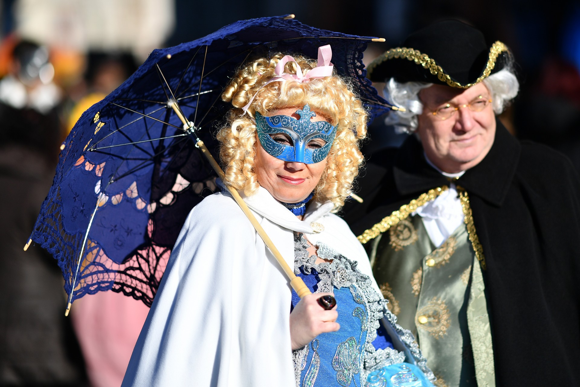 Una pareja con trajes de época participan en el Carnaval de Venecia el 23 de febrero de 2019 en Venecia.